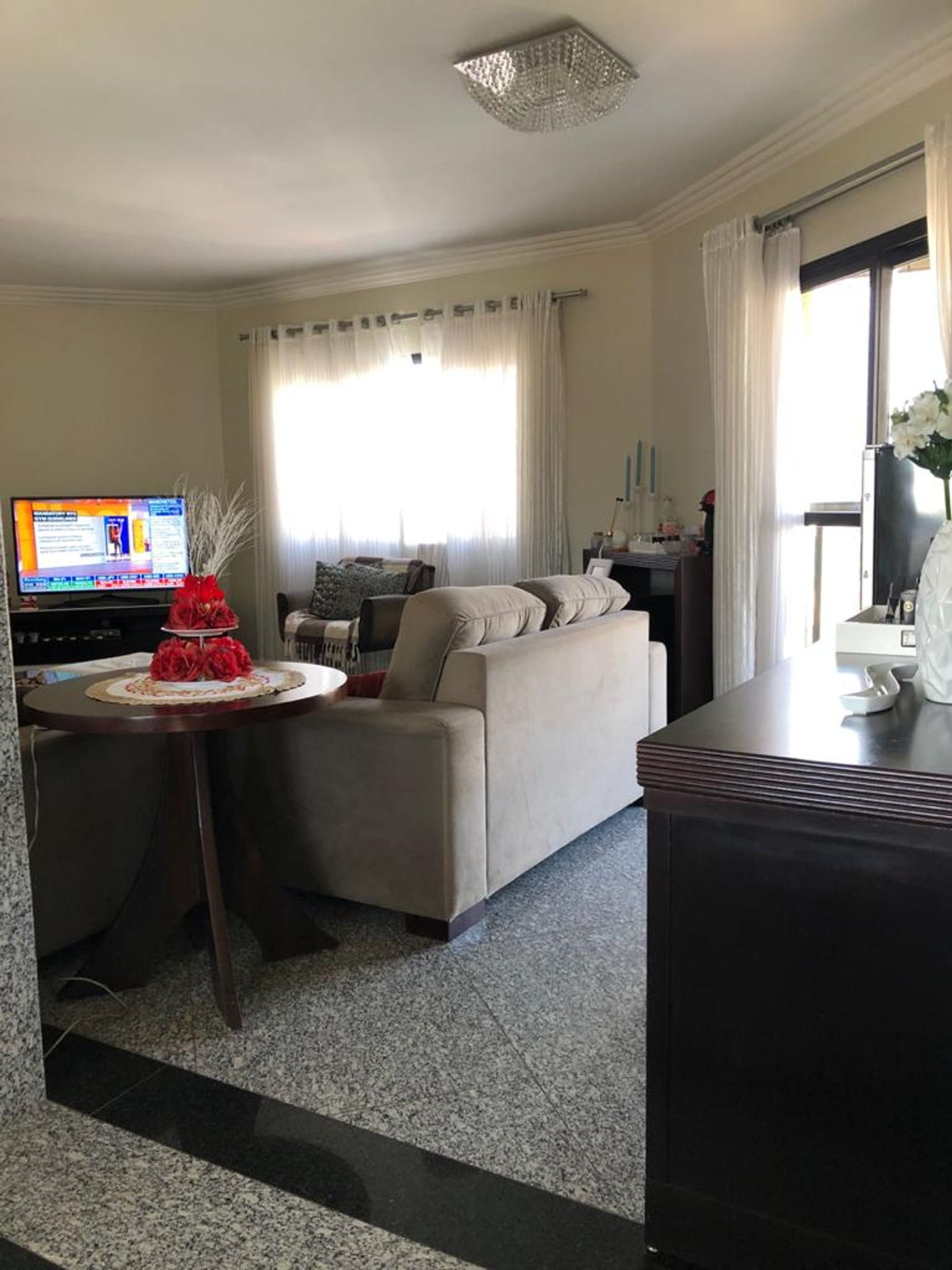Foto de Sala com sofá, televisão, mesa de jantar