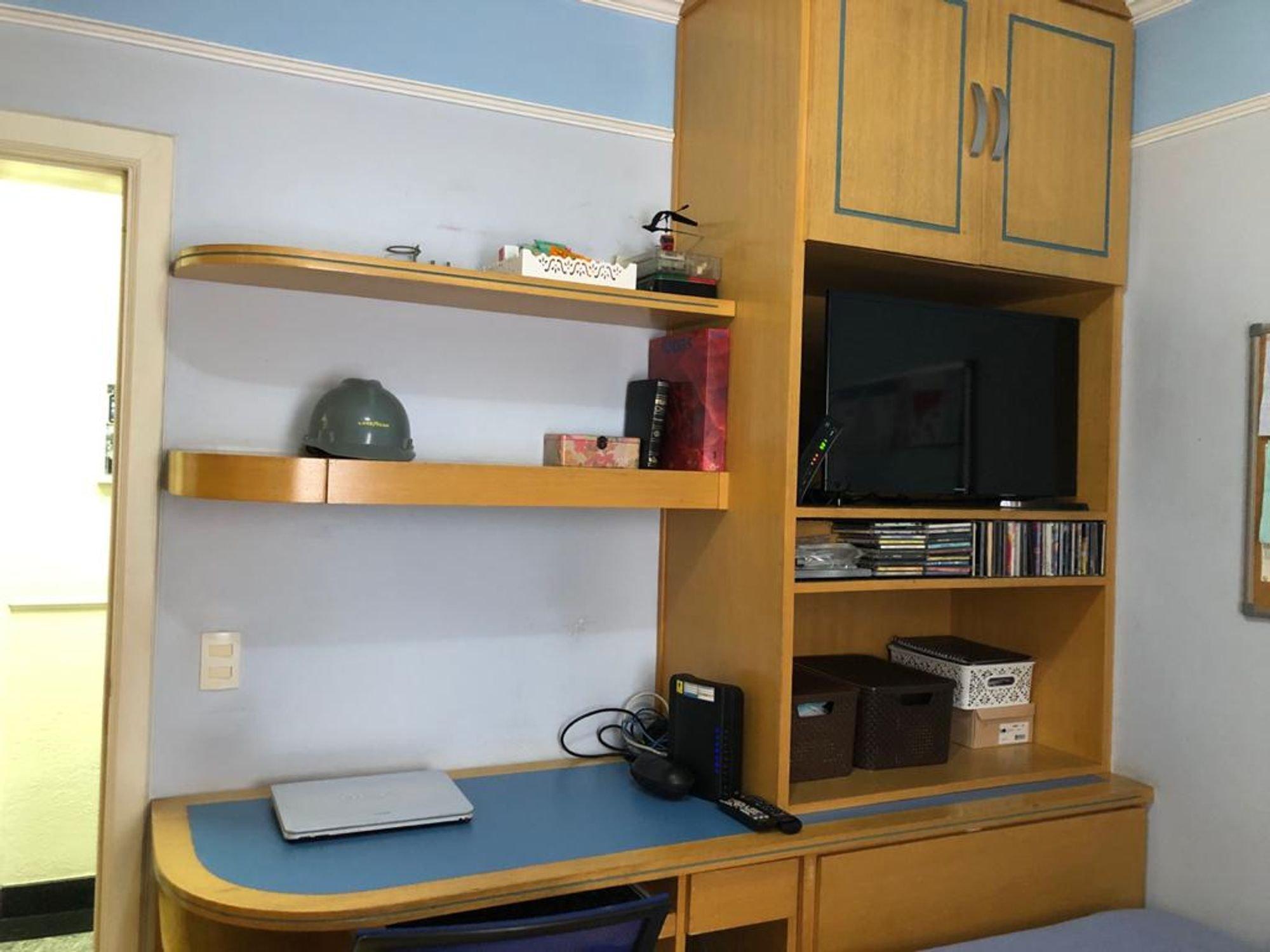 Foto de Quarto com controle remoto, televisão, cadeira