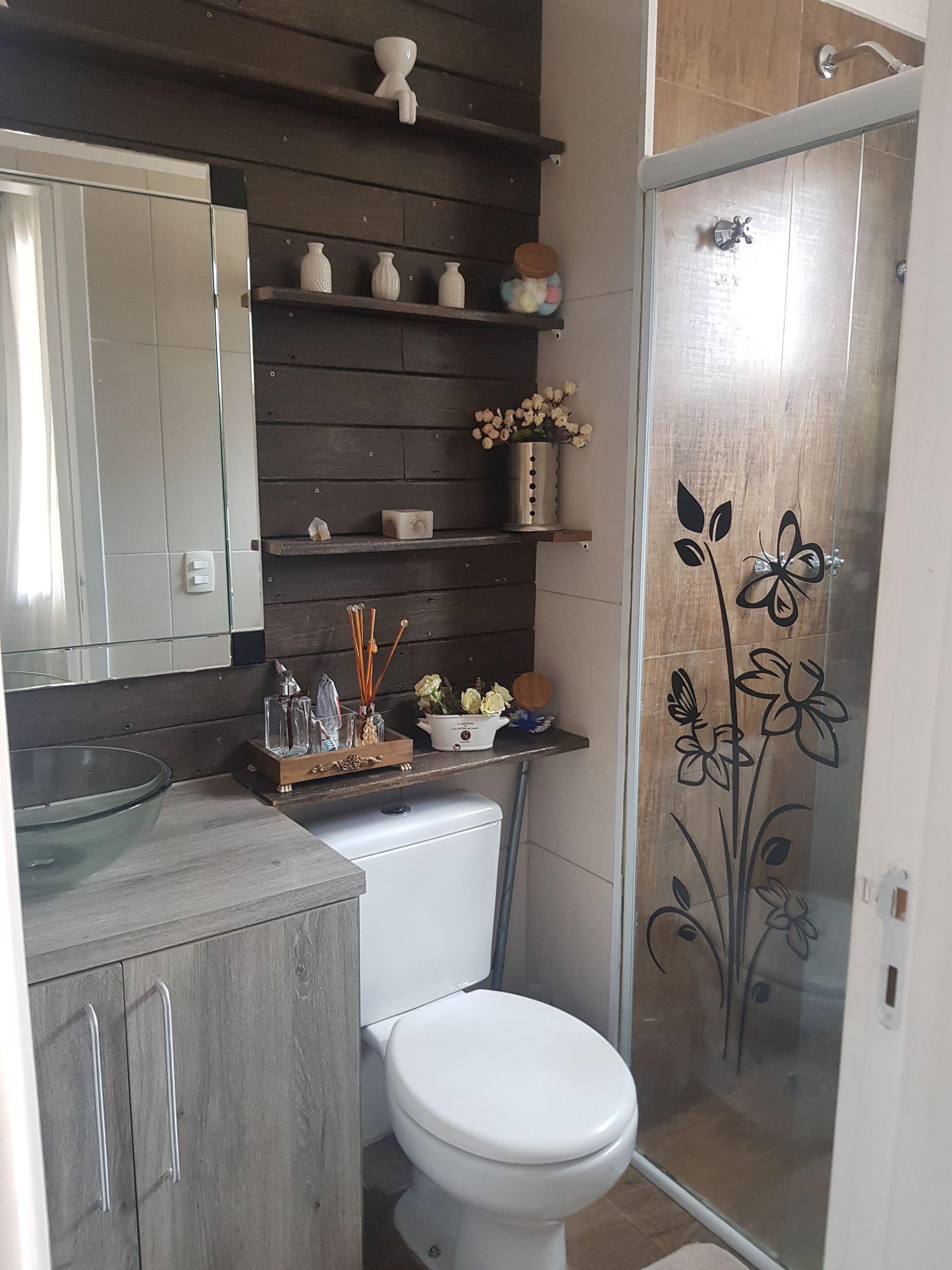 Foto de Banheiro com vaso de planta, escova de dente, vaso sanitário, vaso, tigela, pia