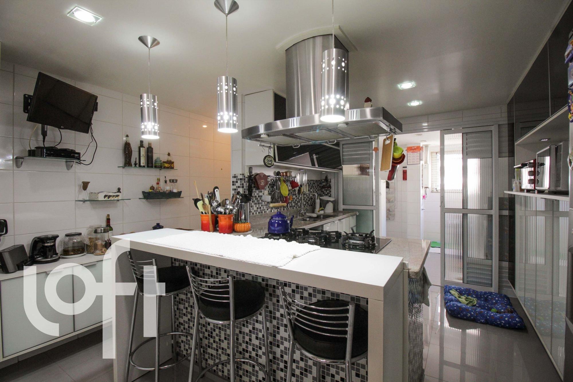 Foto de Cozinha com televisão, cadeira, garrafa