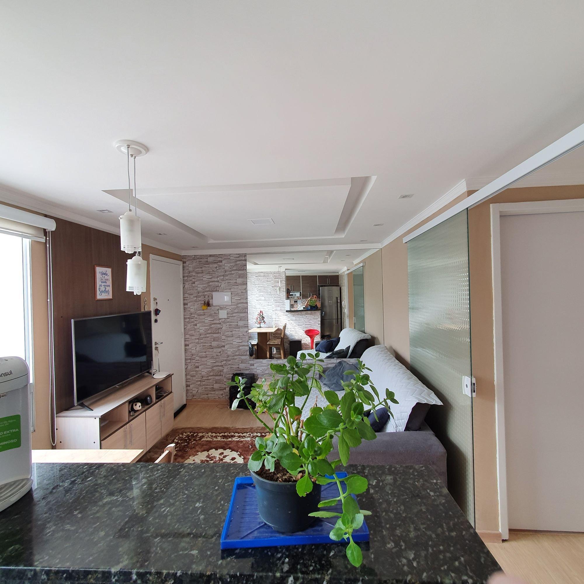 Foto de Lavanderia com vaso de planta, televisão, cadeira