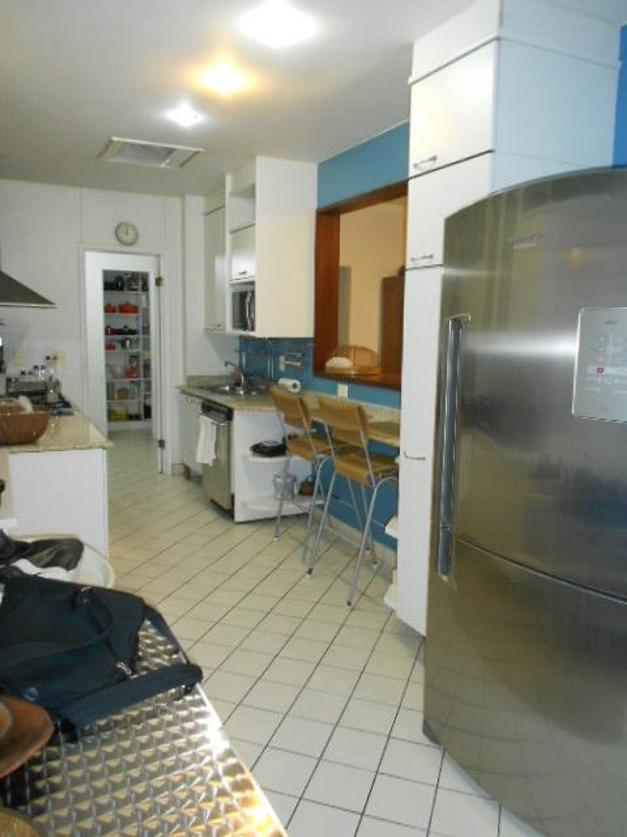 Foto de Cozinha com relógio, tigela, geladeira, cadeira, microondas