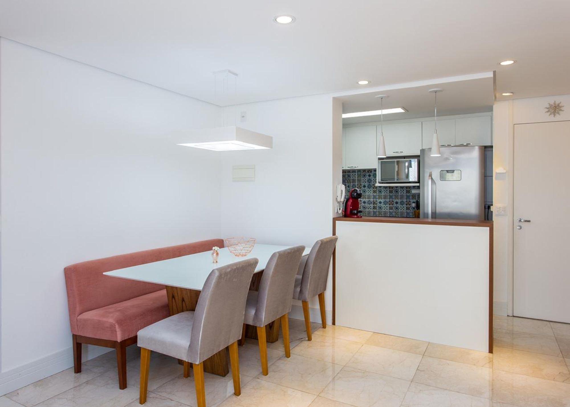 Foto de Sala com garrafa, tigela, geladeira, cadeira, microondas, mesa de jantar