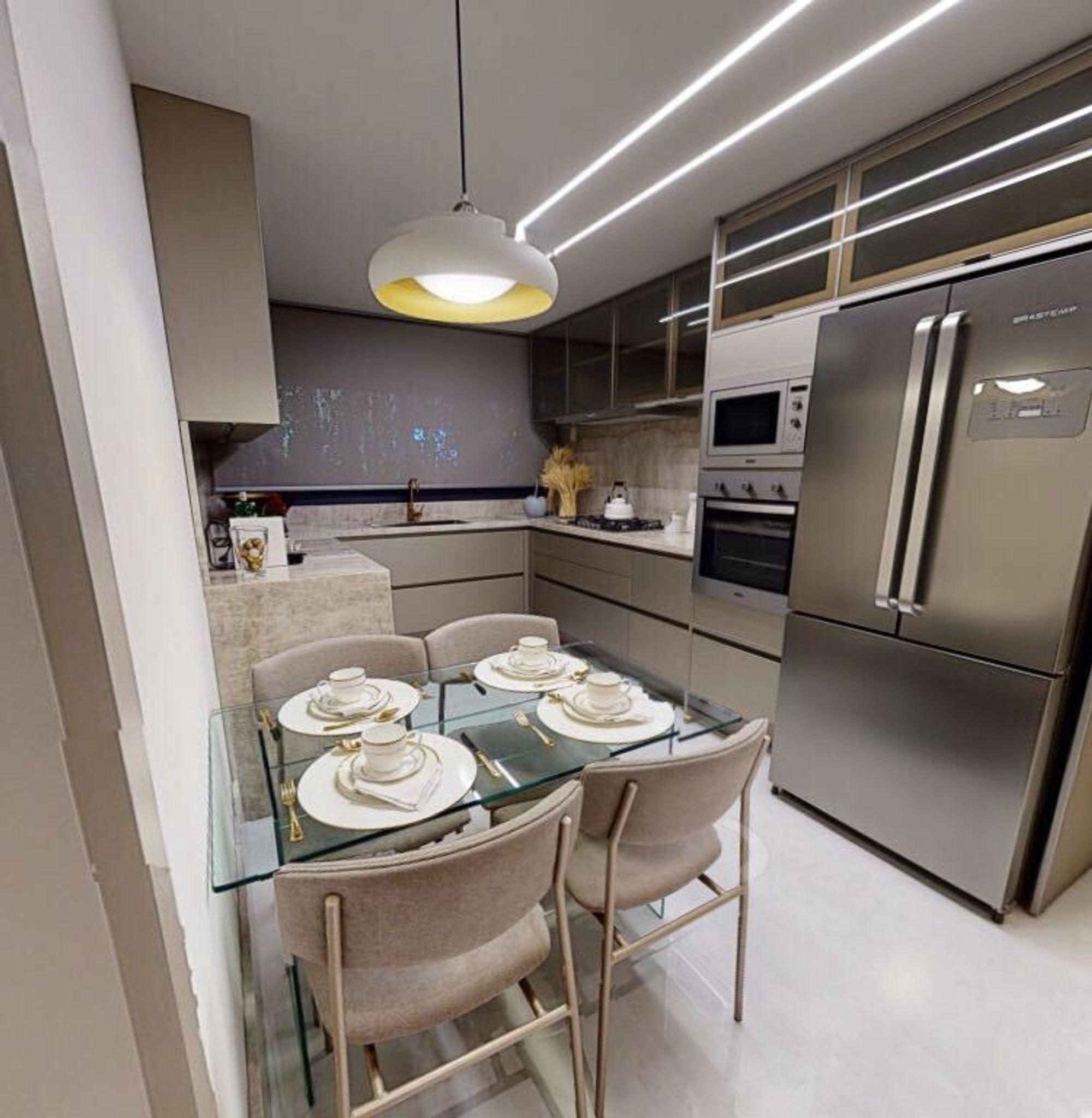 Foto de Cozinha com forno, pia, cadeira, mesa de jantar, tigela, geladeira, microondas, xícara