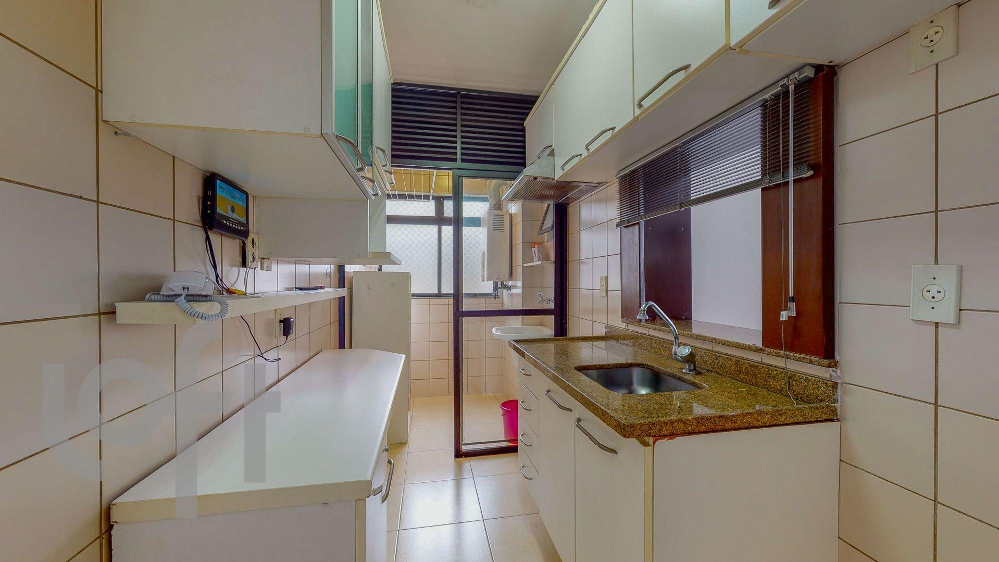Foto de Cozinha com televisão, pia