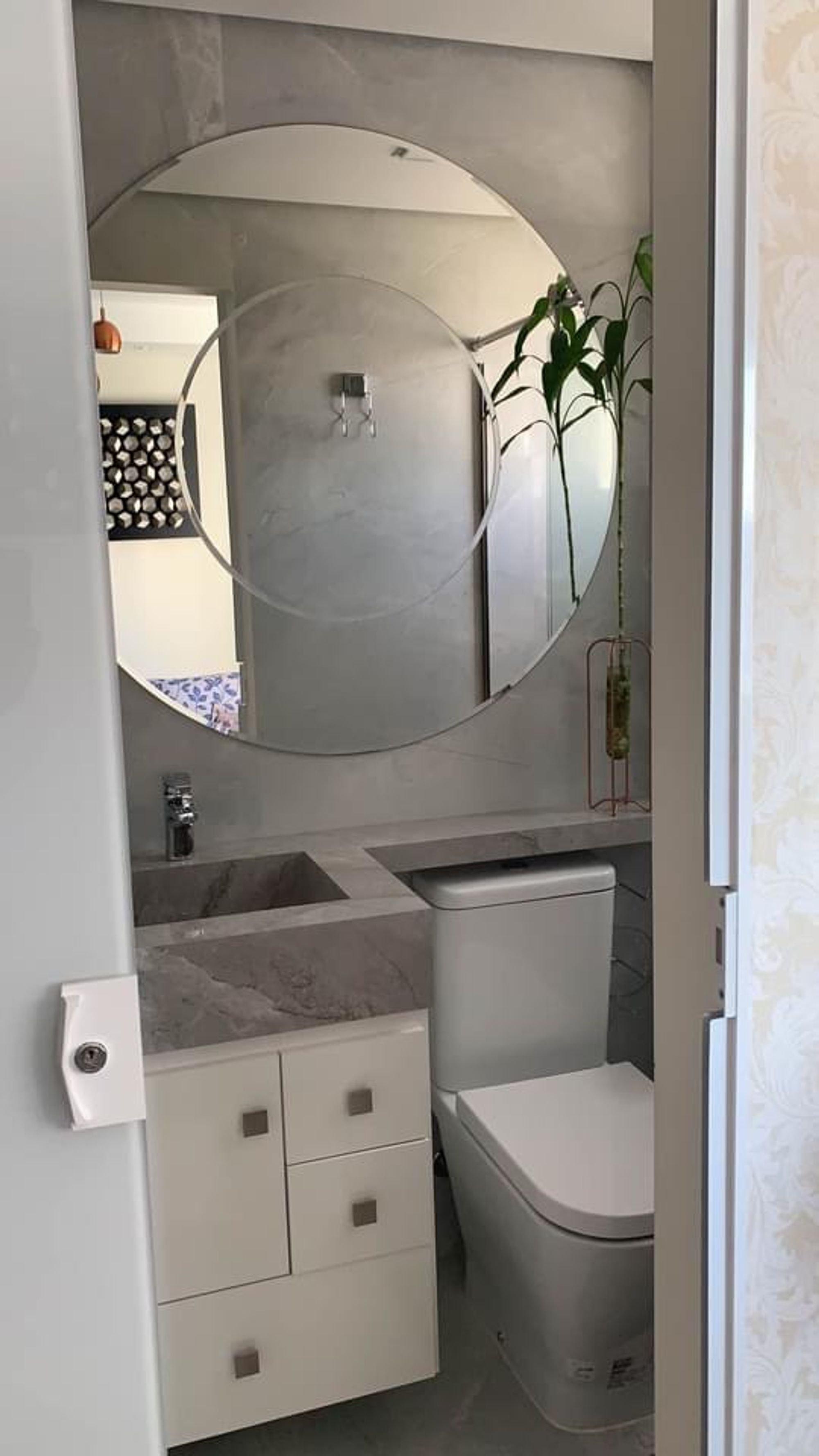 Foto de Hall com vaso de planta, vaso sanitário, pia