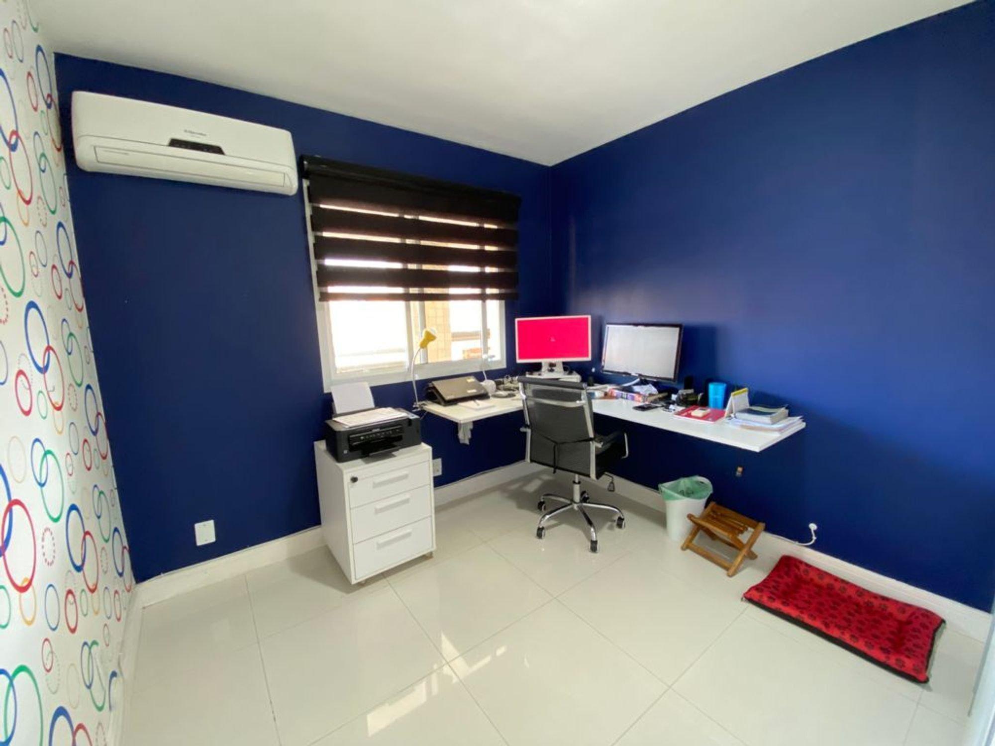 Foto de Banheiro com computador portátil, televisão, cadeira