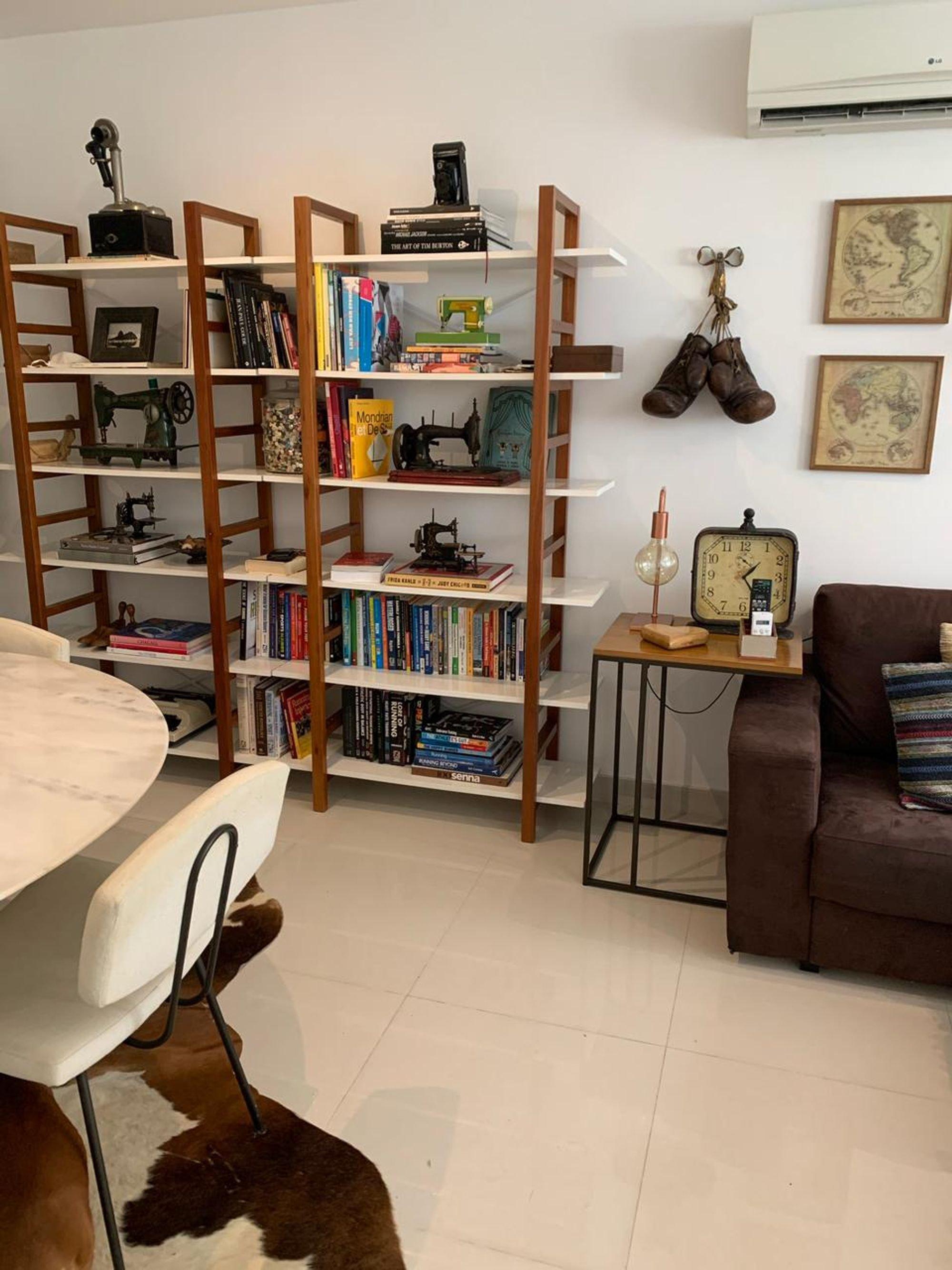 Foto de Sala com sofá, cadeira, mesa de jantar, livro, xícara