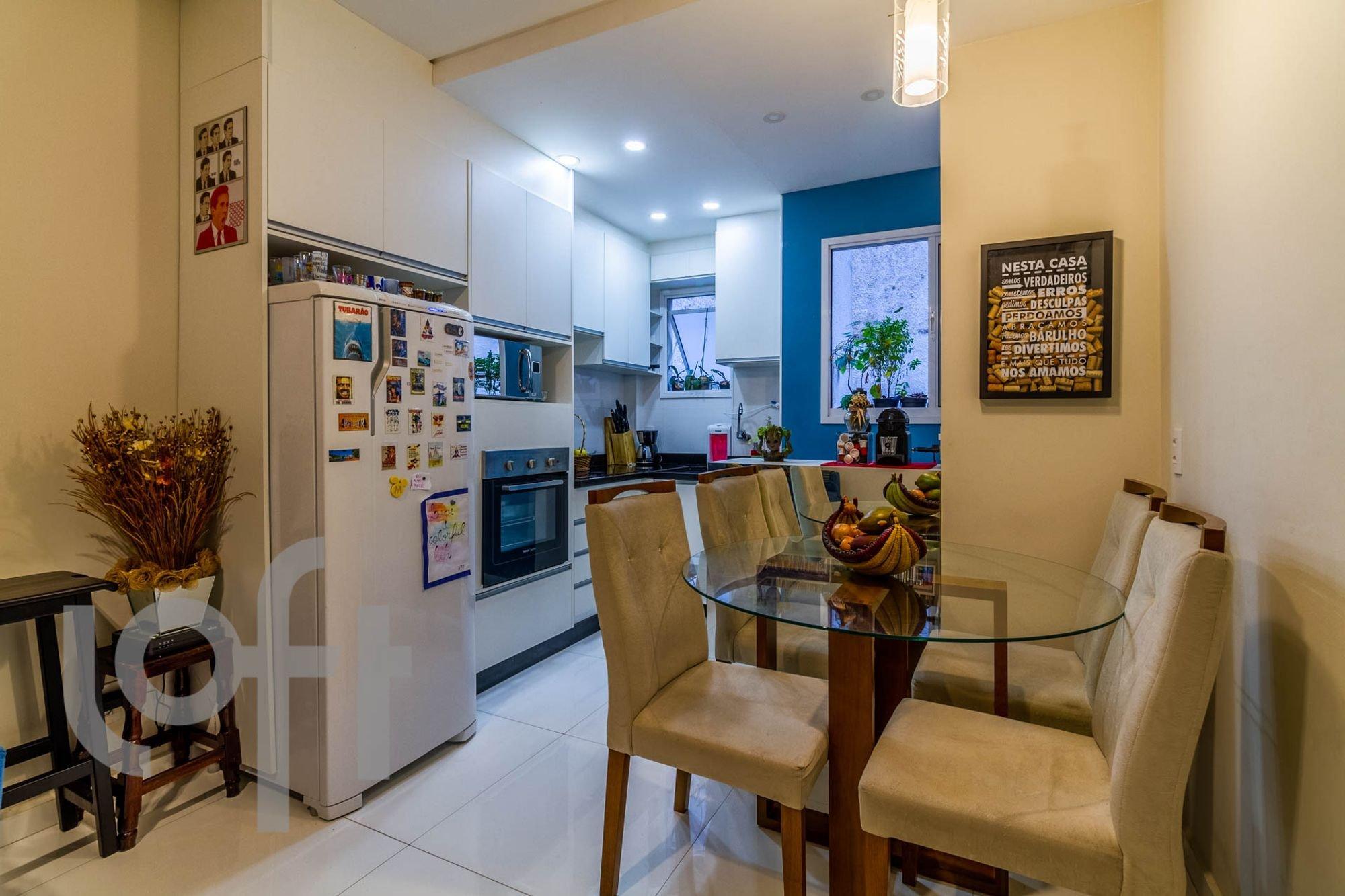 Foto de Sala com vaso de planta, televisão, forno, geladeira, cadeira