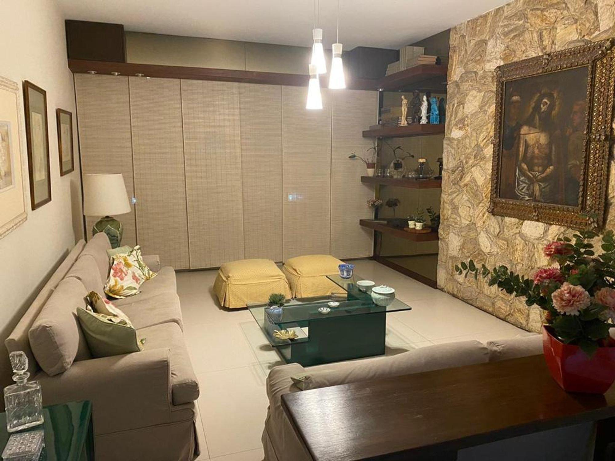Foto de Sala com vaso de planta, sofá, vaso, tigela