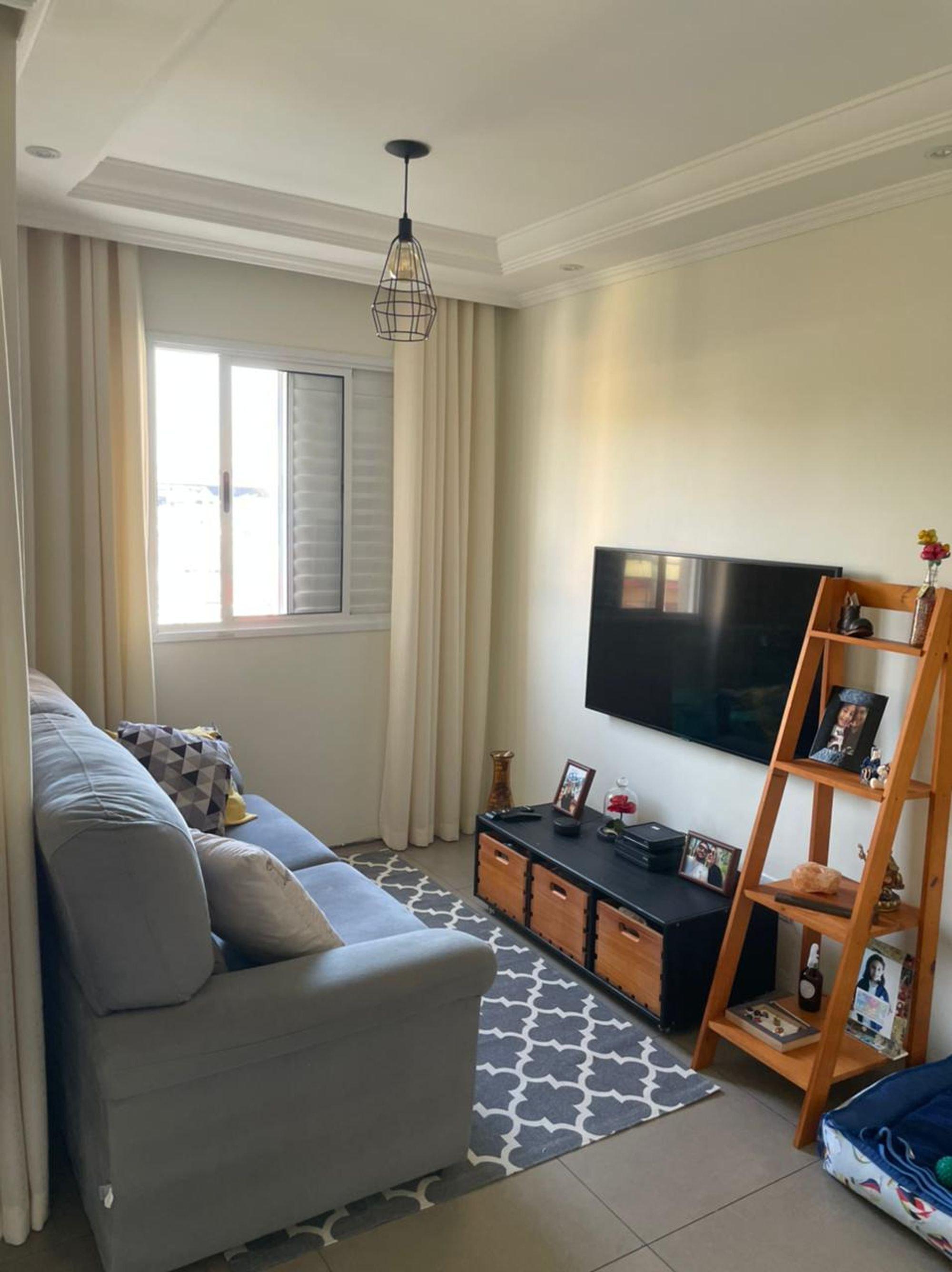 Foto de Quarto com controle remoto, sofá