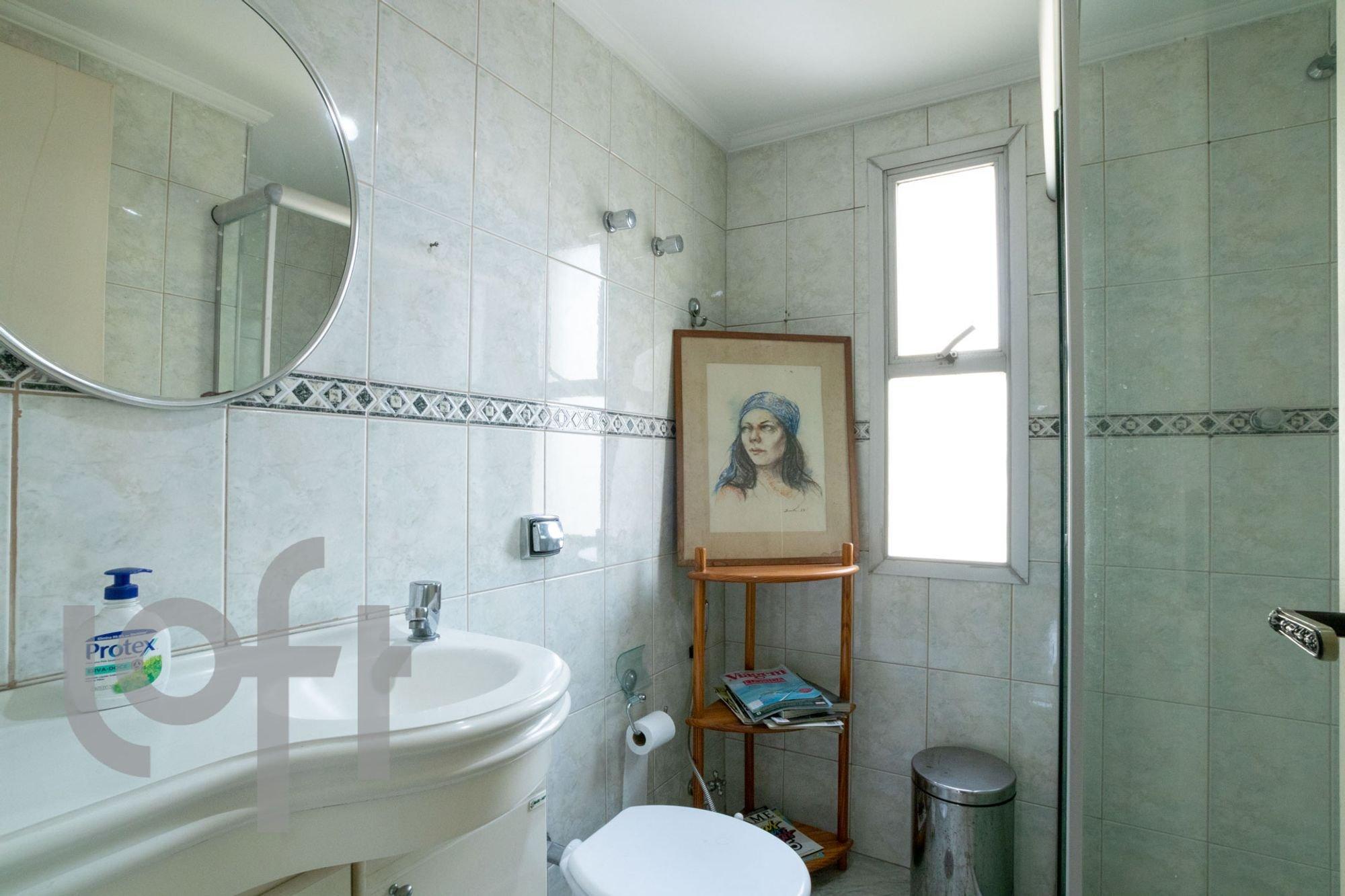 Foto de Banheiro com vaso sanitário, garrafa, livro