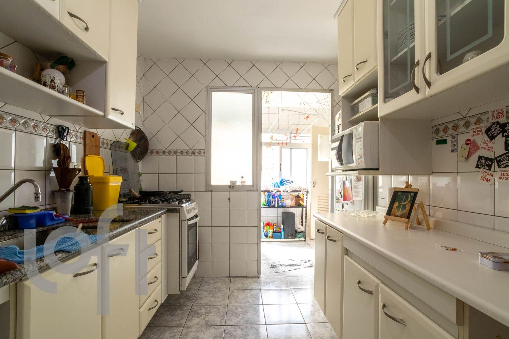 Foto de Cozinha com forno, microondas, xícara