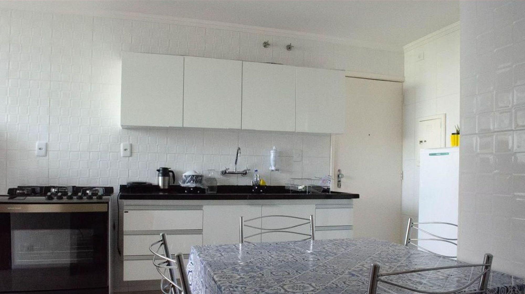 Foto de Cozinha com garrafa, forno, cadeira, mesa de jantar