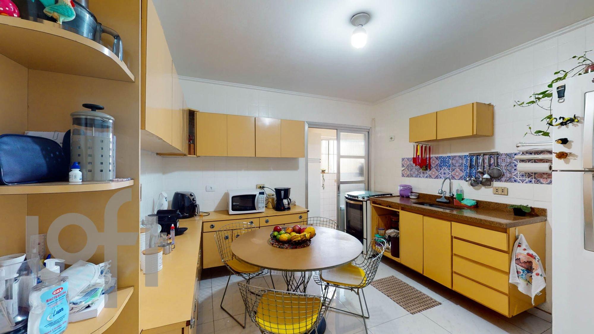 Foto de Cozinha com tigela, geladeira, cadeira, microondas