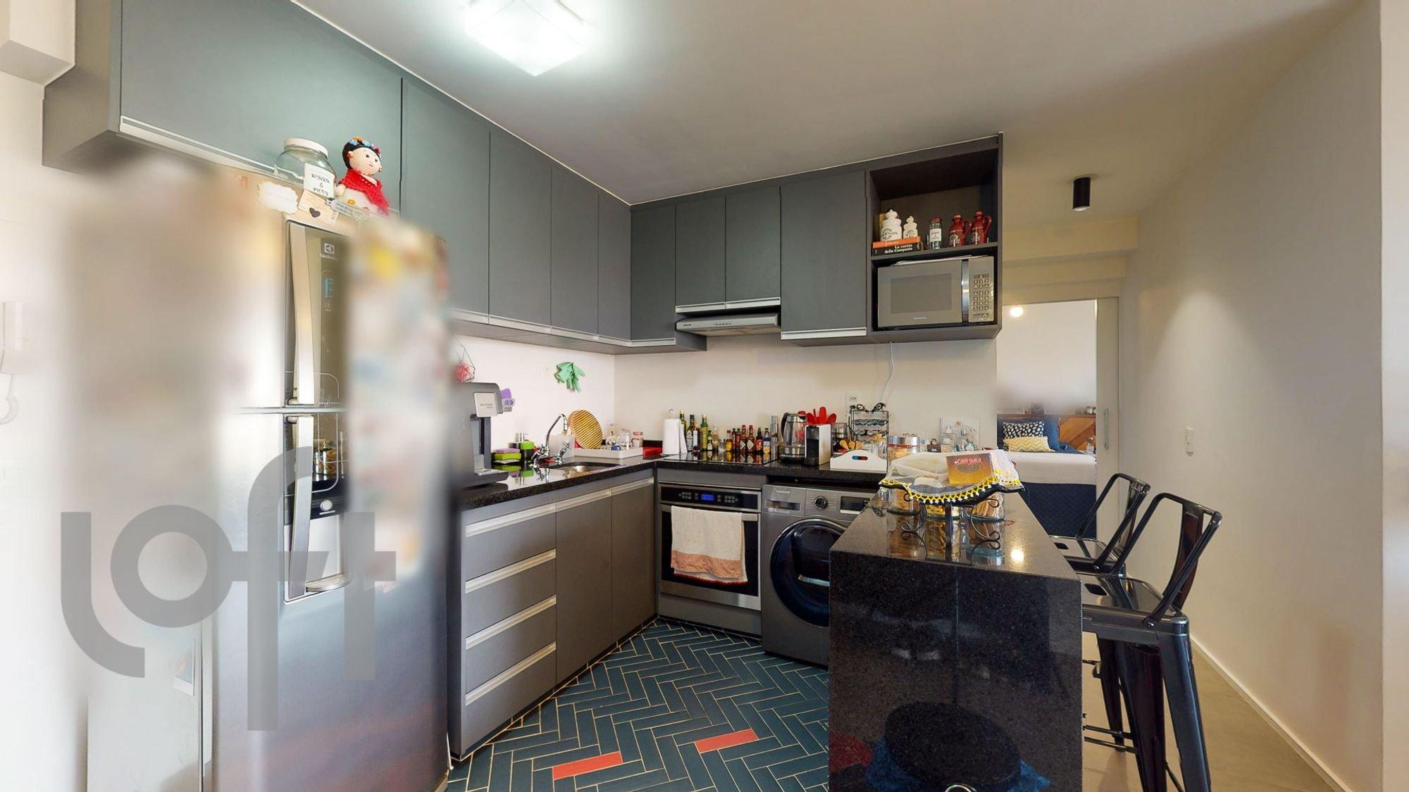 Foto de Cozinha com forno, pessoa, cadeira, microondas