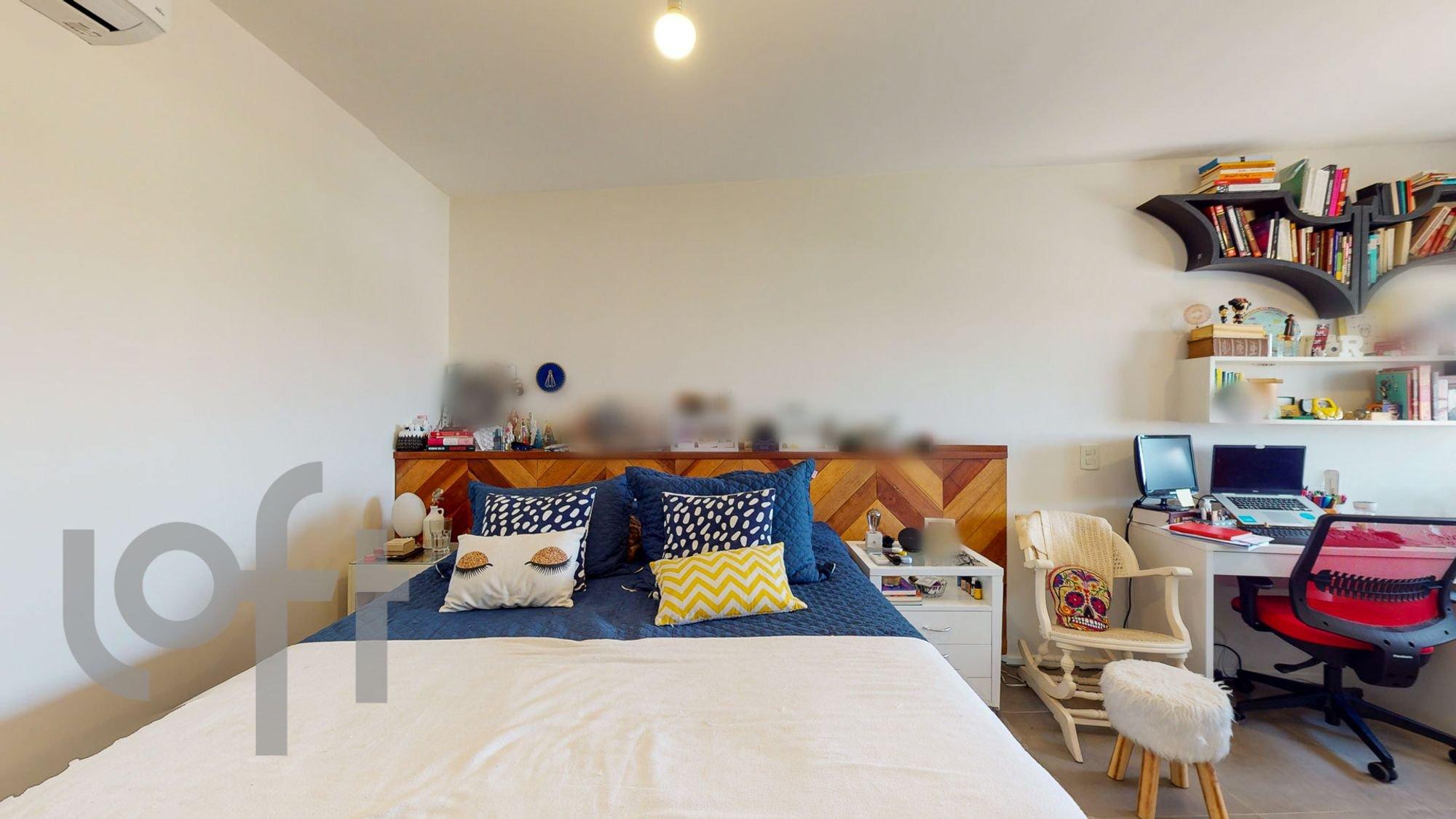 Foto de Quarto com cama, cadeira, livro