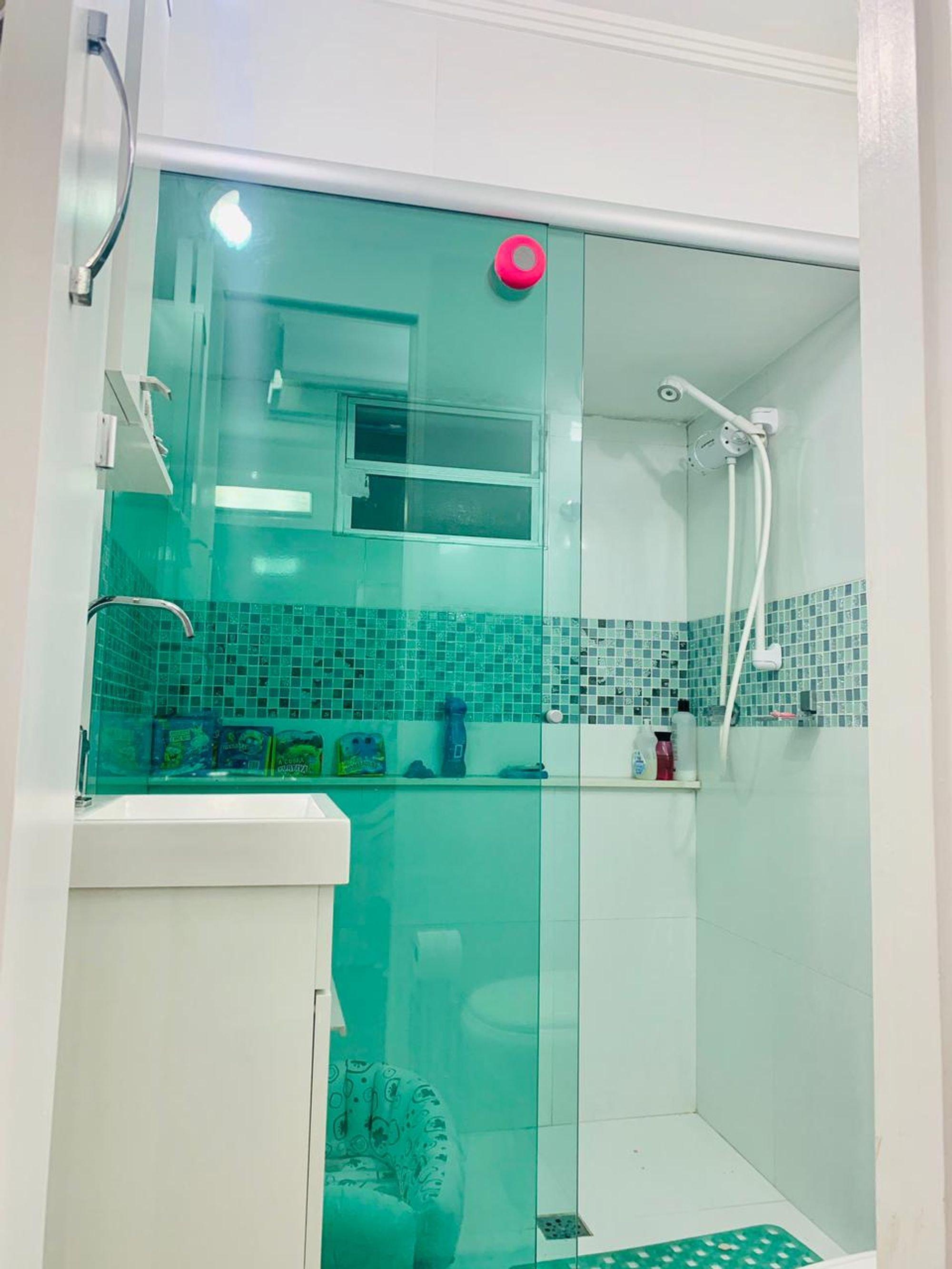 Foto de Banheiro com bola de esportes, garrafa