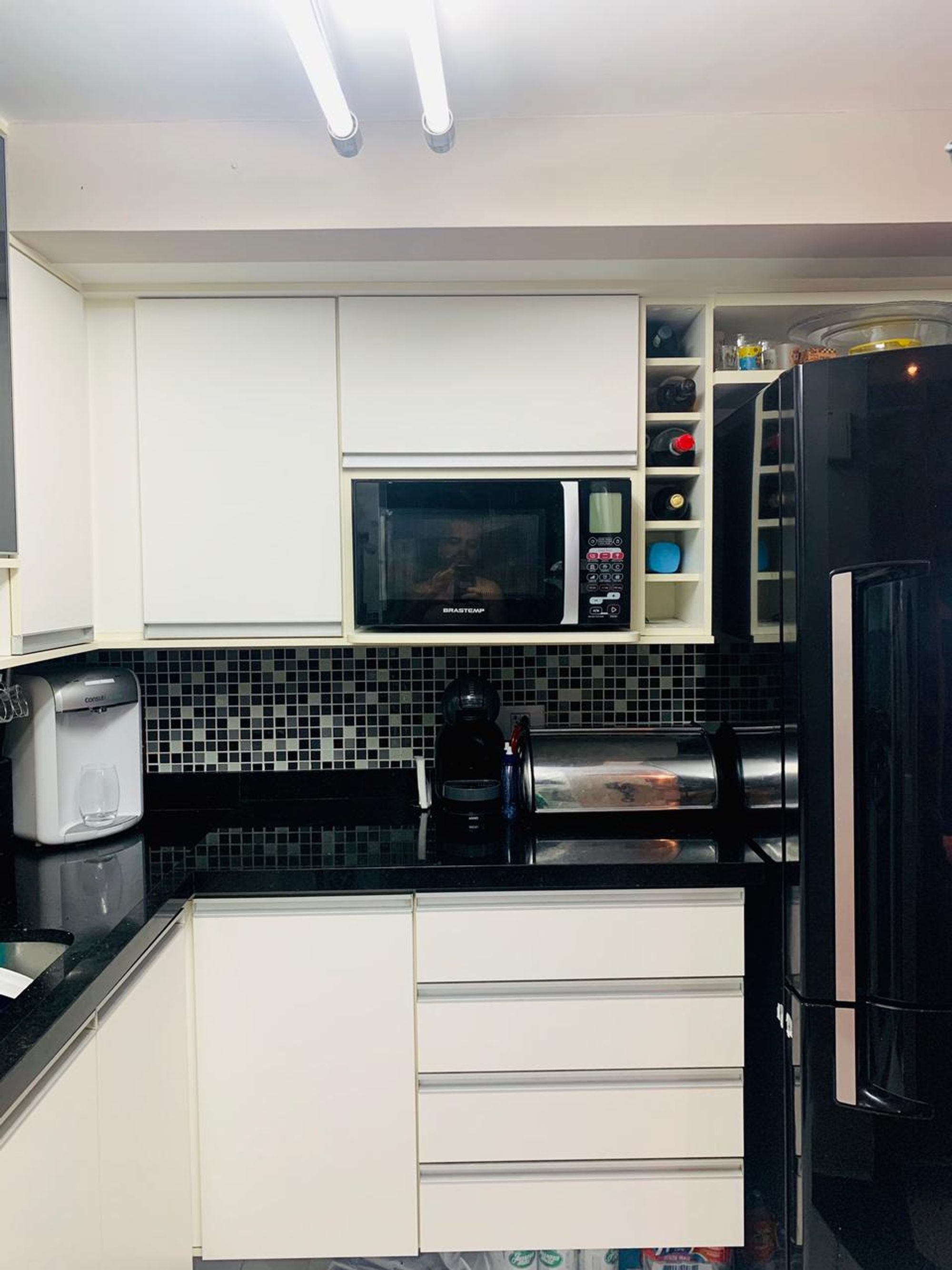 Foto de Cozinha com tigela, torradeira, pia