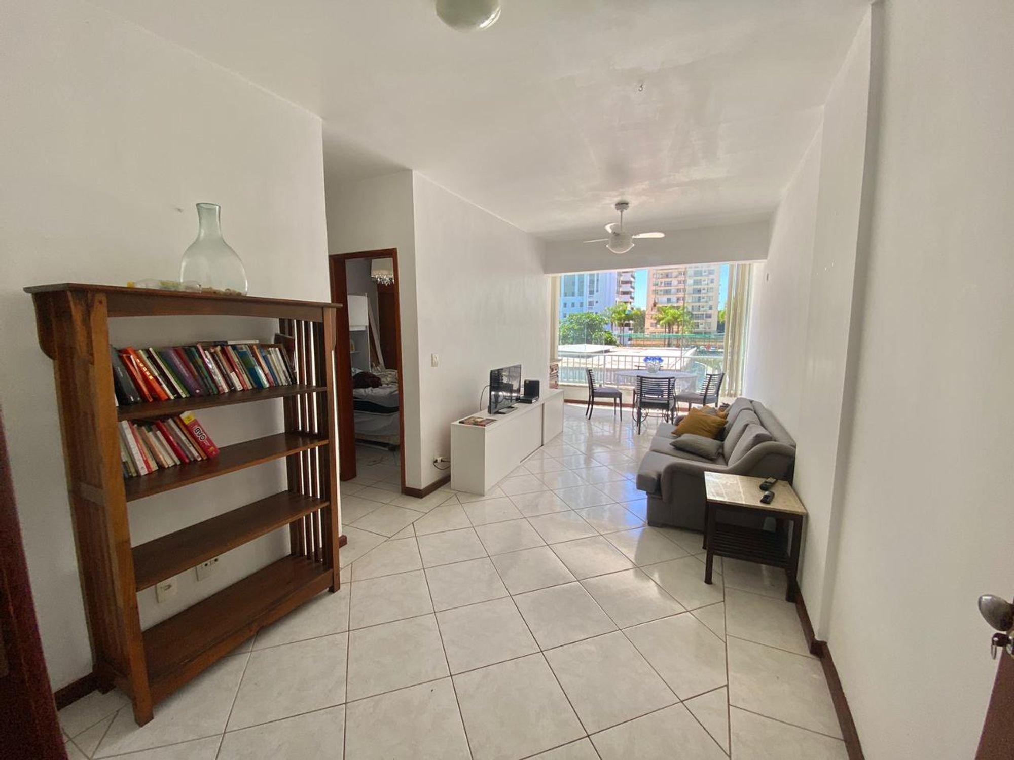 Foto de Sala com sofá, garrafa, cadeira, livro