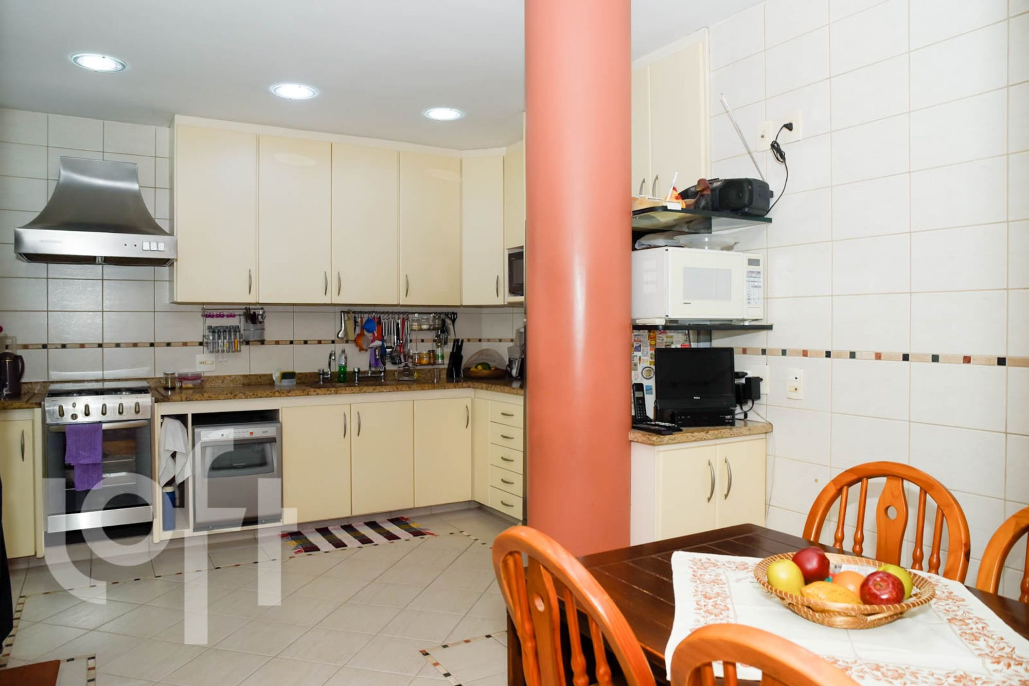 Foto de Cozinha com maçã, forno, tigela, cadeira, microondas, mesa de jantar