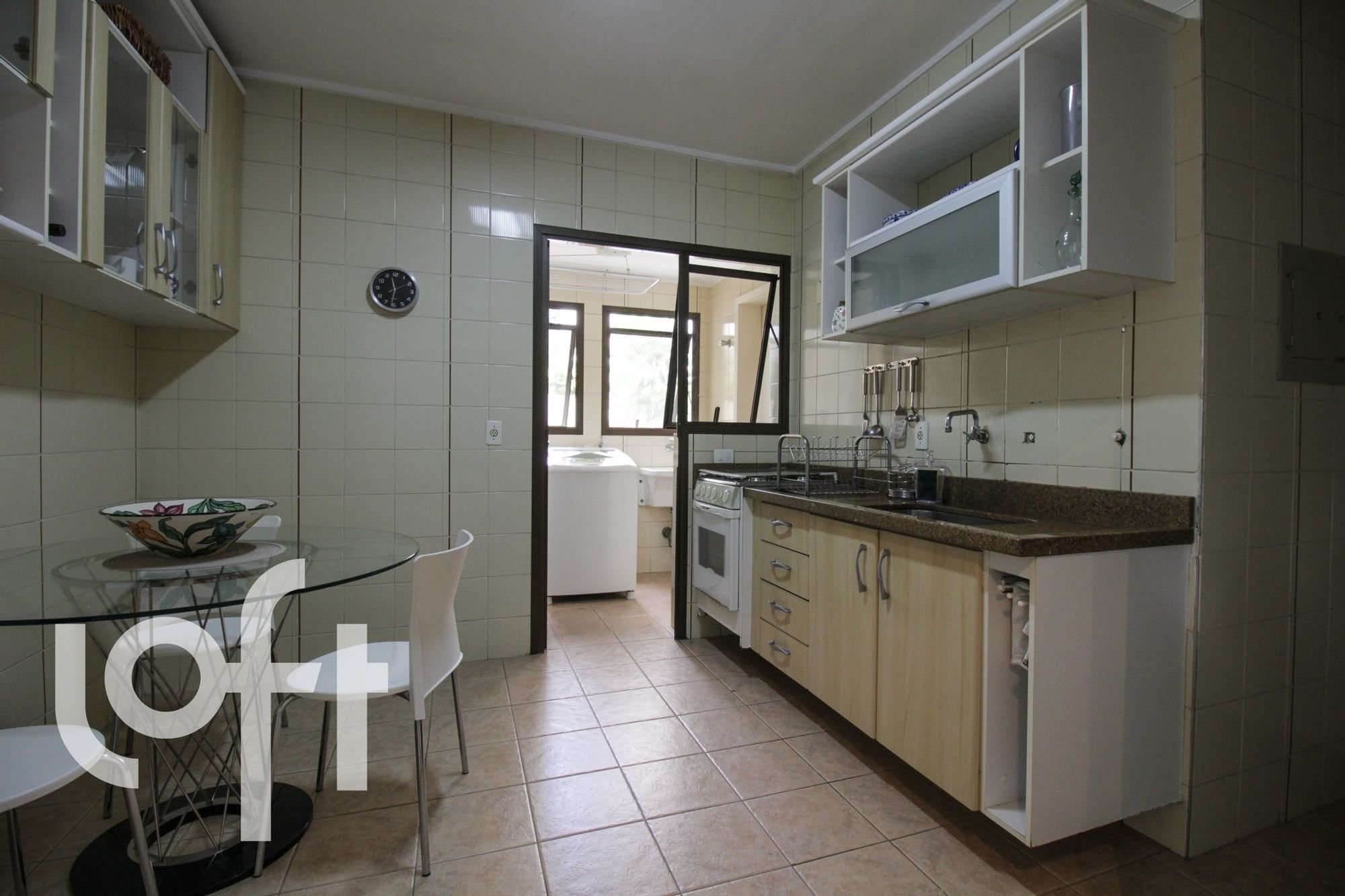Foto de Cozinha com forno, tigela, cadeira, mesa de jantar