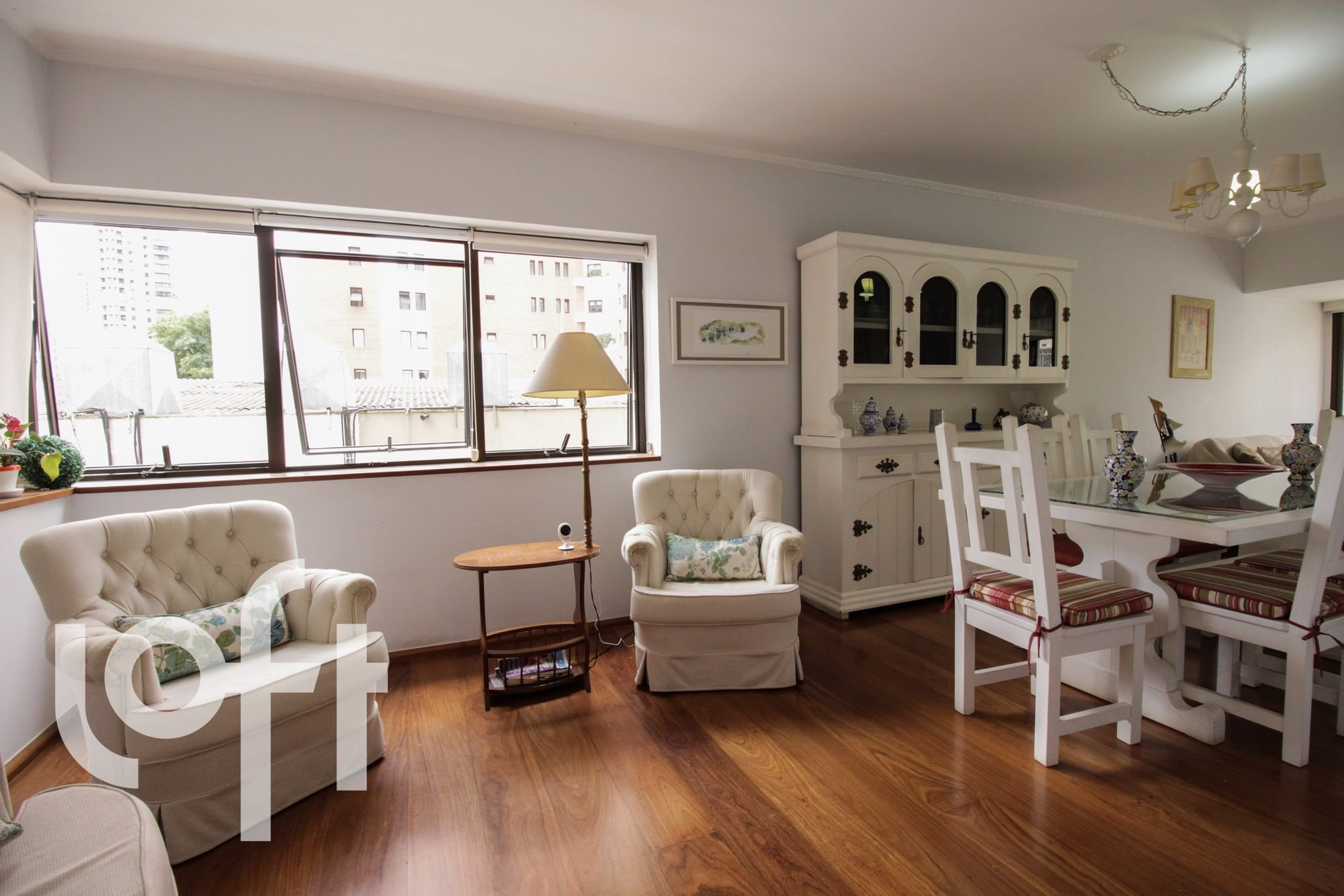 Foto de Sala com vaso de planta, sofá, cadeira