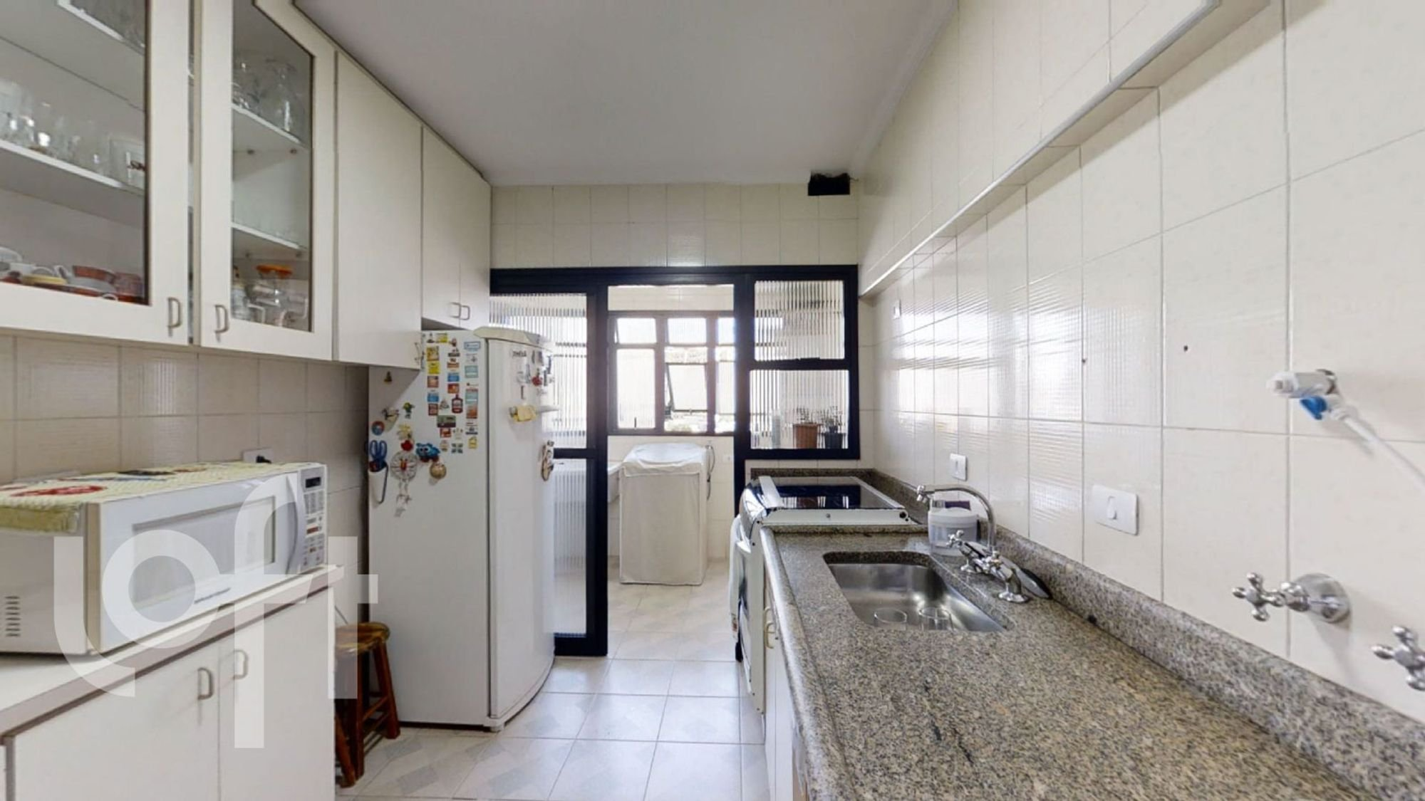 Foto de Cozinha com copo de vinho, geladeira, pia, microondas