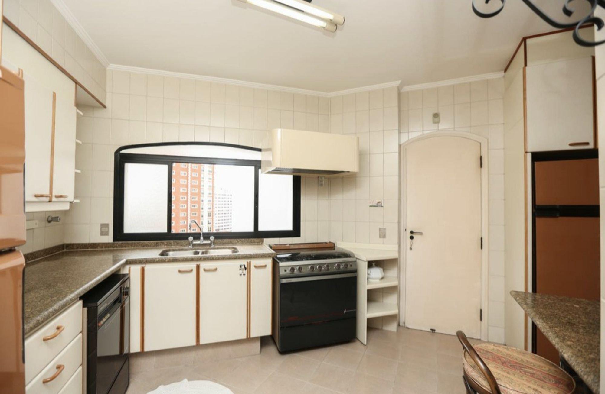 Foto de Cozinha com forno, cadeira, pia, mesa de jantar