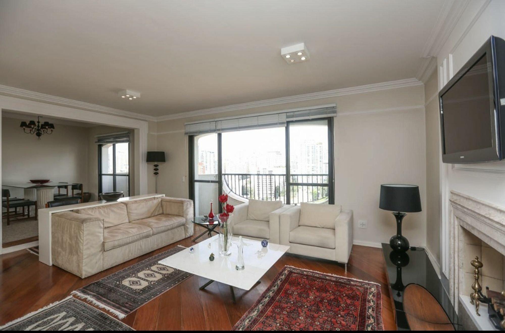 Foto de Sala com sofá, vaso, tigela, cadeira, mesa de jantar