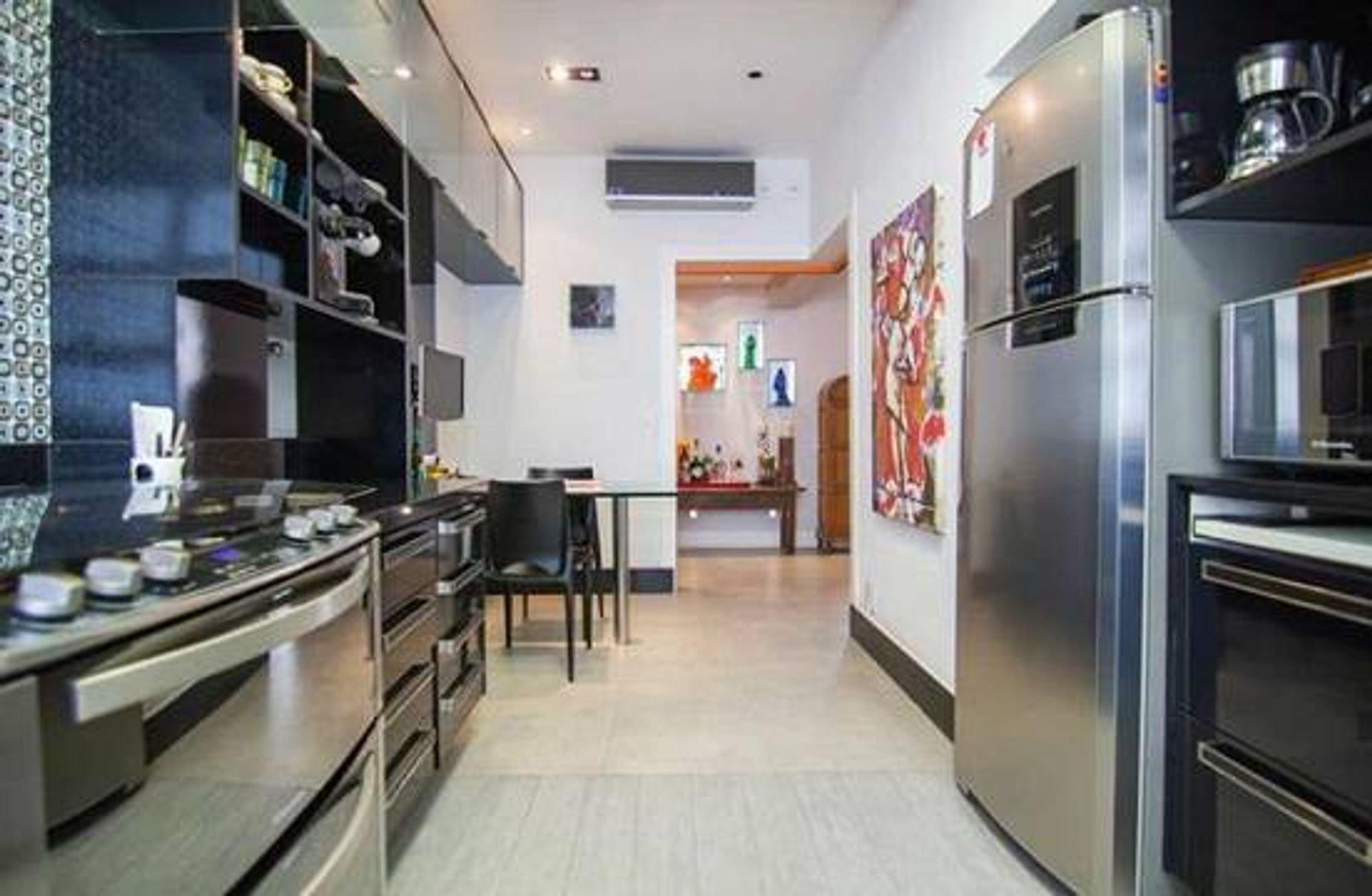 Foto de Cozinha com forno, geladeira, cadeira, microondas