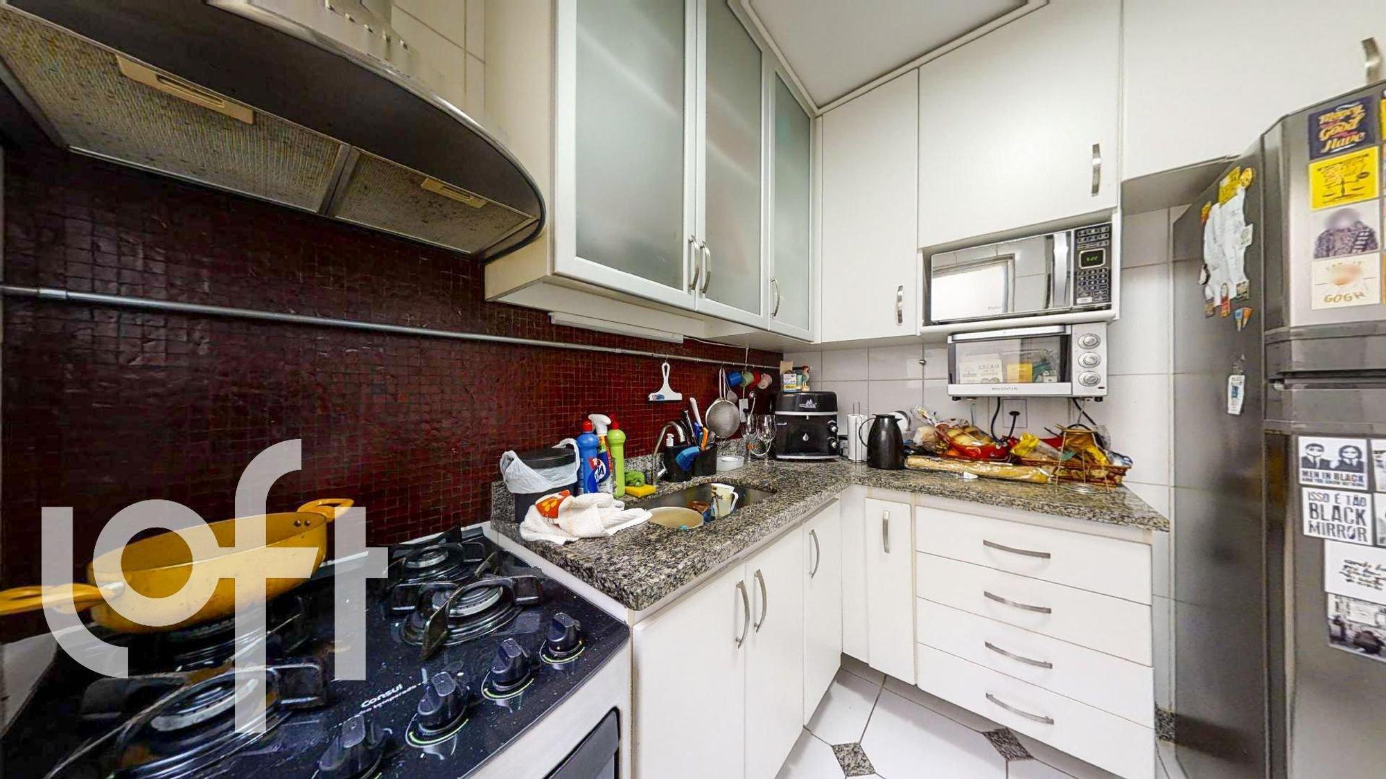 Foto de Cozinha com garrafa, pia, microondas, xícara