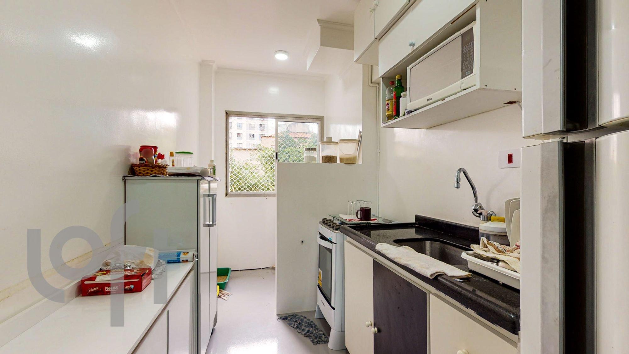 Foto de Cozinha com televisão, pia, garrafa