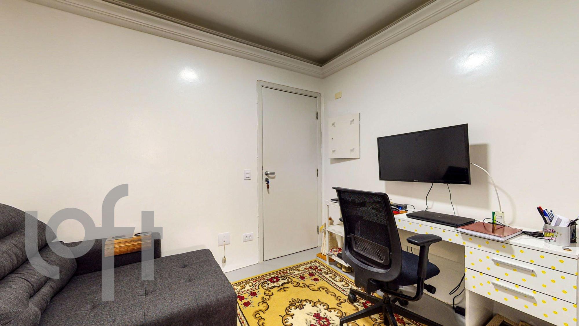 Foto de Sala com teclado, sofá, televisão, cadeira