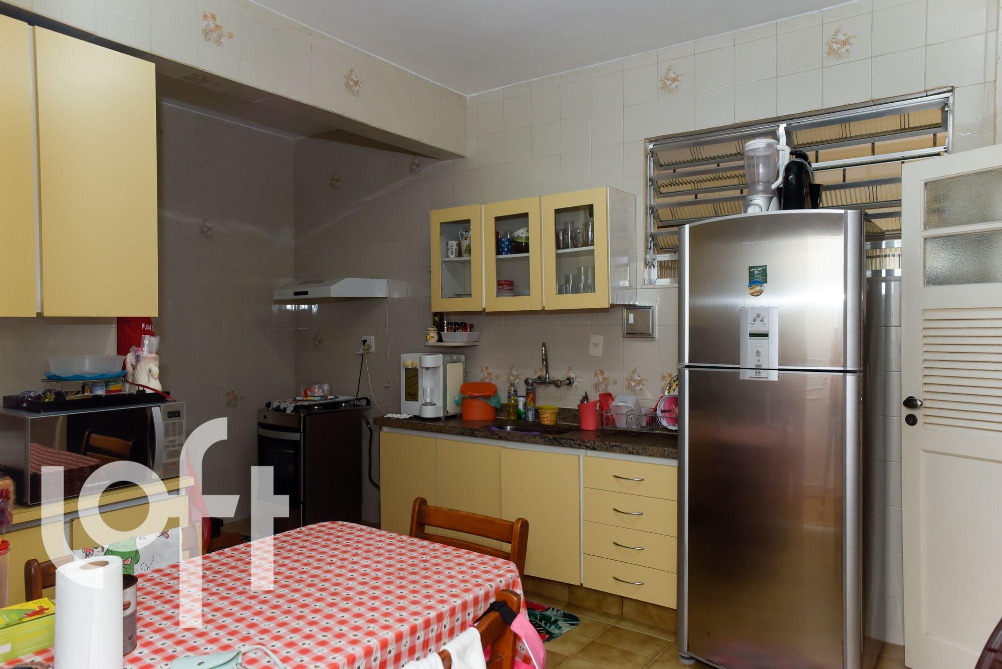 Foto de Cozinha com garrafa, forno, geladeira, cadeira, mesa de jantar, xícara