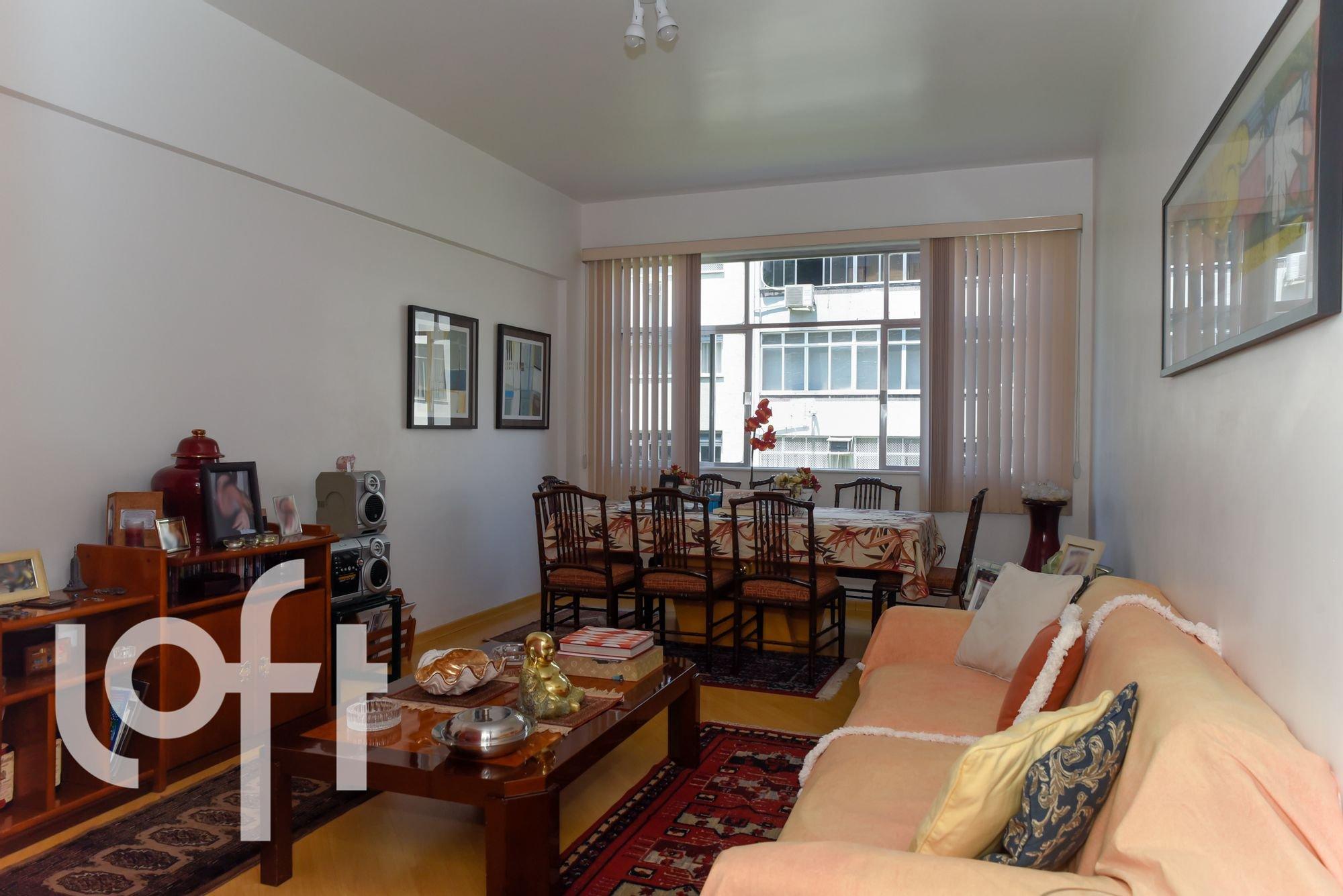 Foto de Sala com sofá, cadeira, mesa de jantar, livro