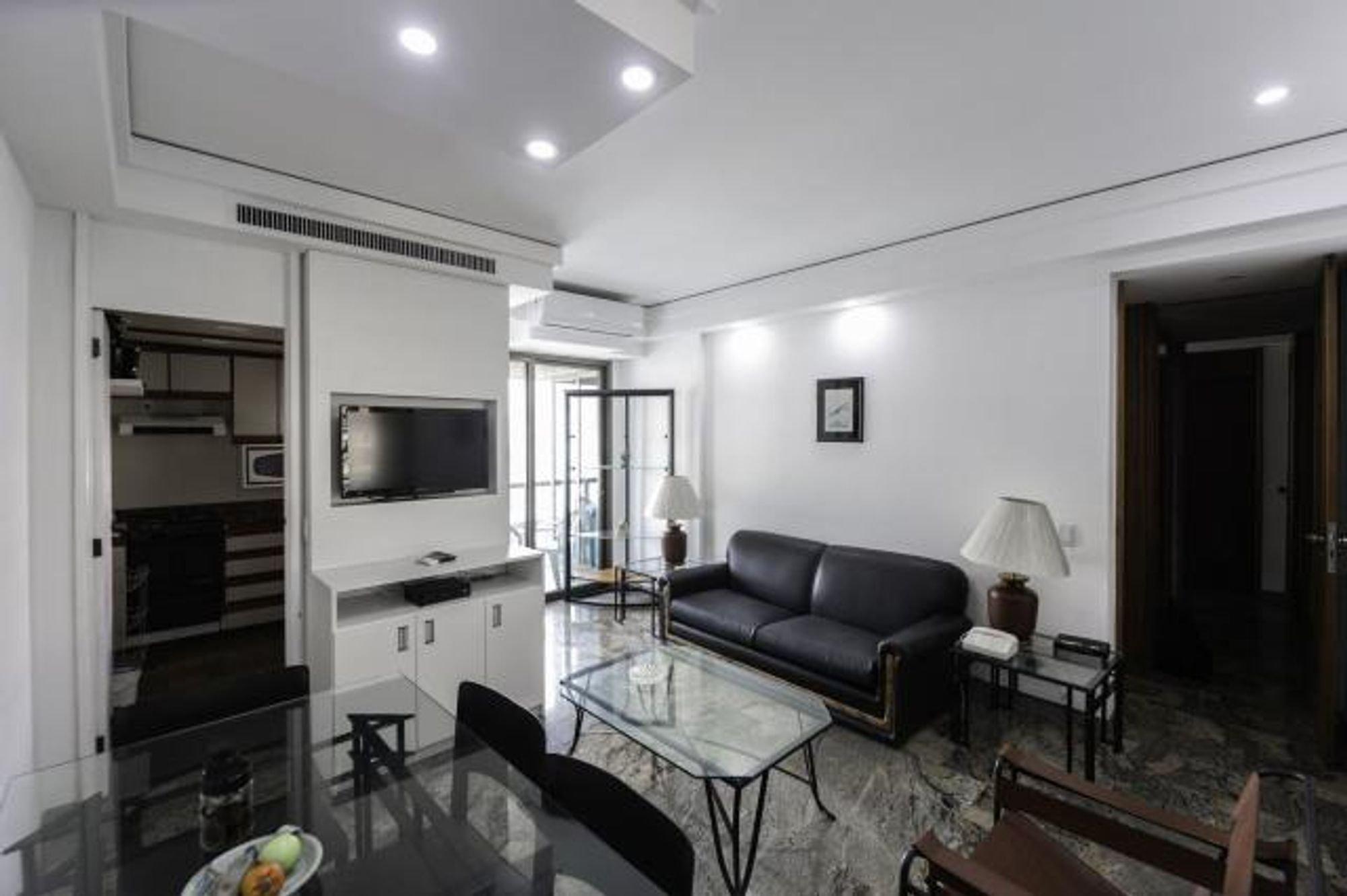 Foto de Sala com sofá, televisão, banco, cadeira
