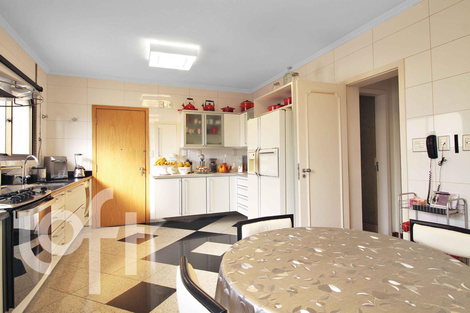 Foto de Cozinha com cama, tigela, geladeira, cadeira