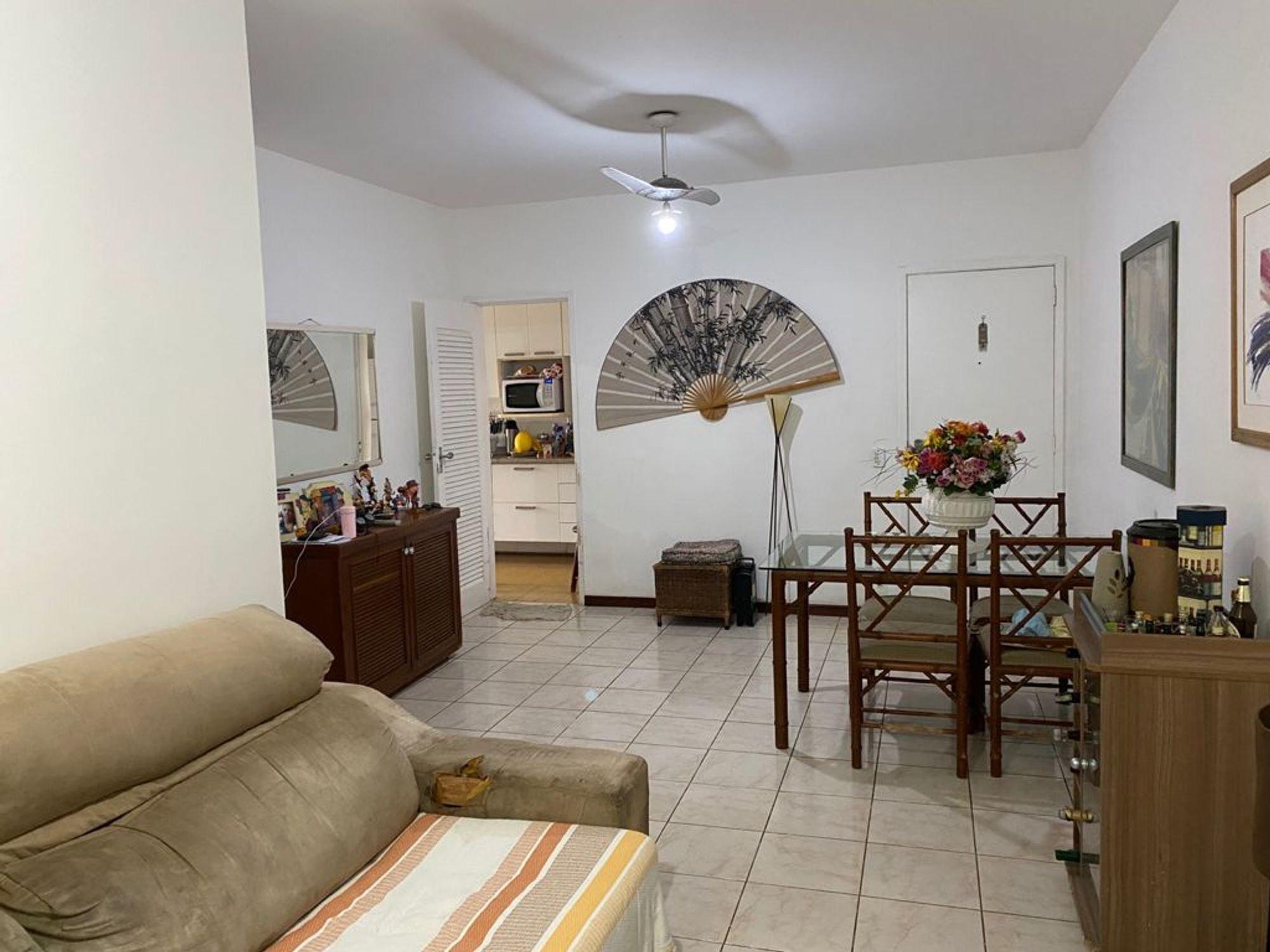 Foto de Sala com vaso de planta, sofá, televisão, vaso, cadeira, mesa de jantar