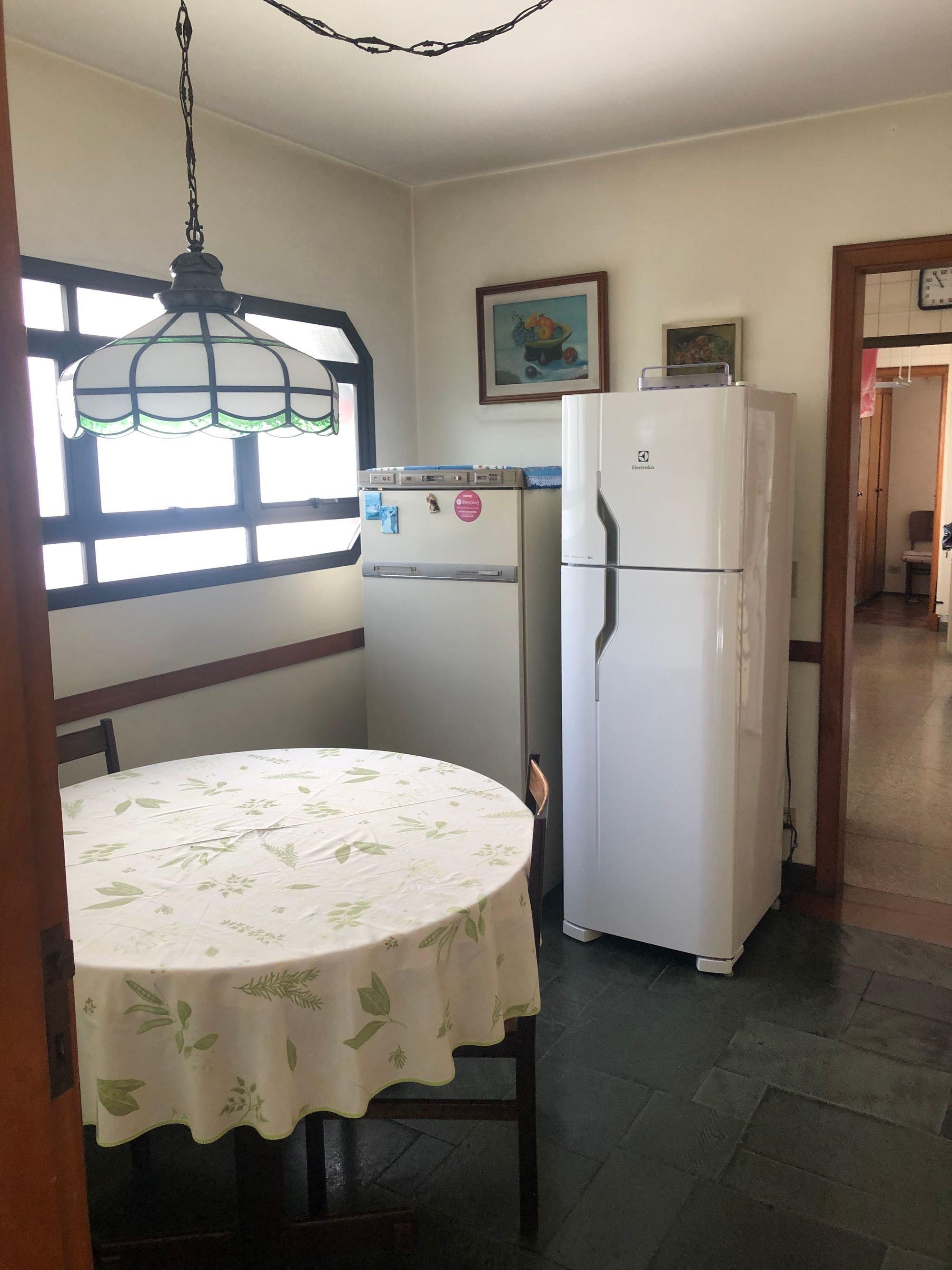 Foto de Cozinha com geladeira, mesa de jantar
