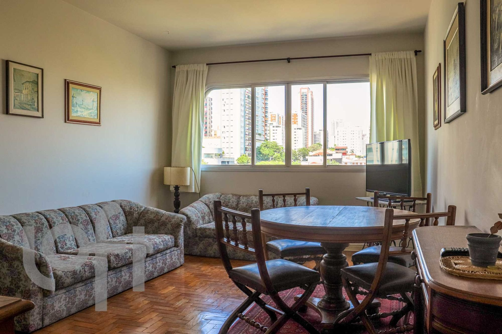 Foto de Sala com sofá, cadeira, mesa de jantar, xícara