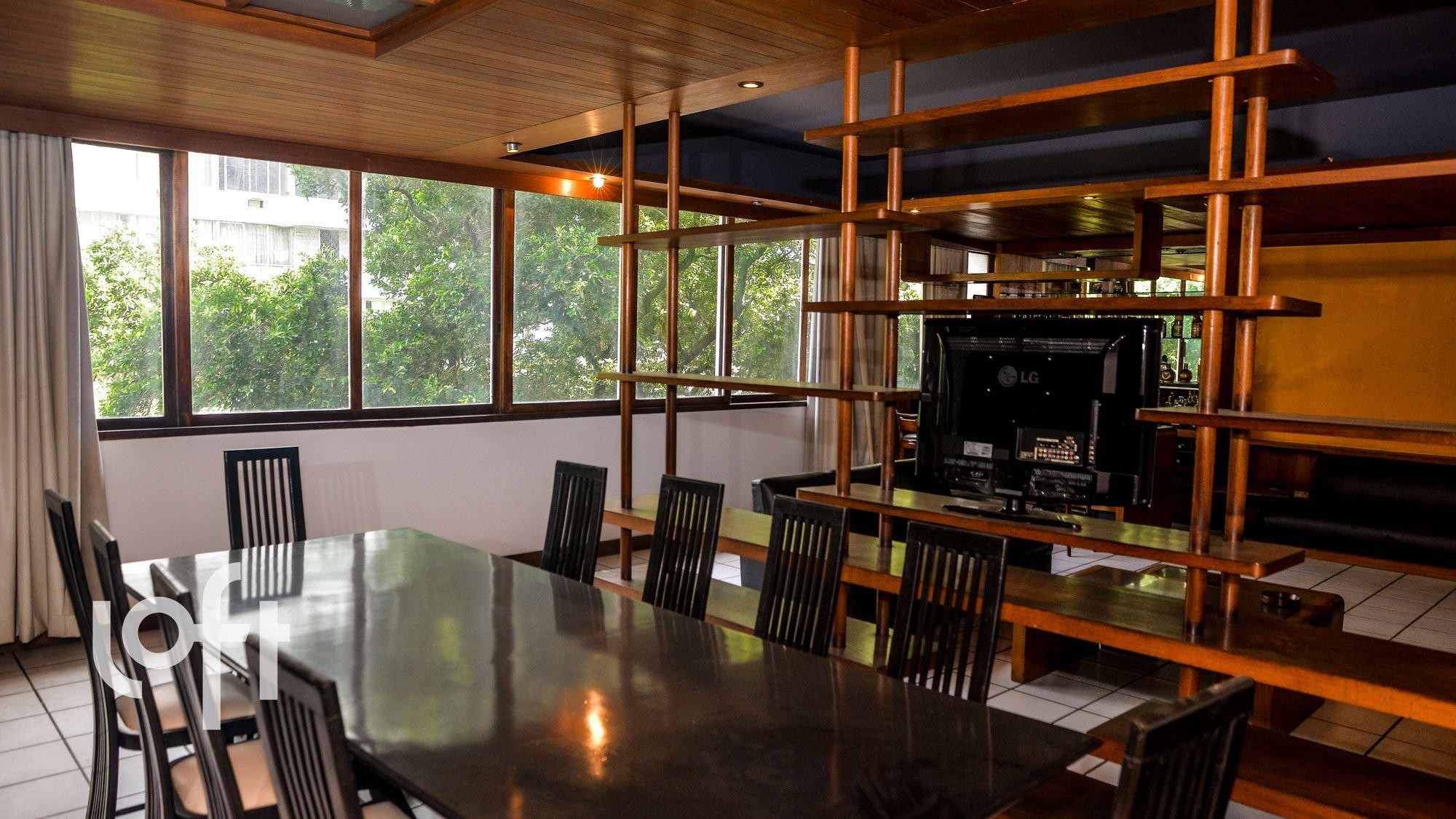Nesta foto há televisão, cadeira, mesa de jantar