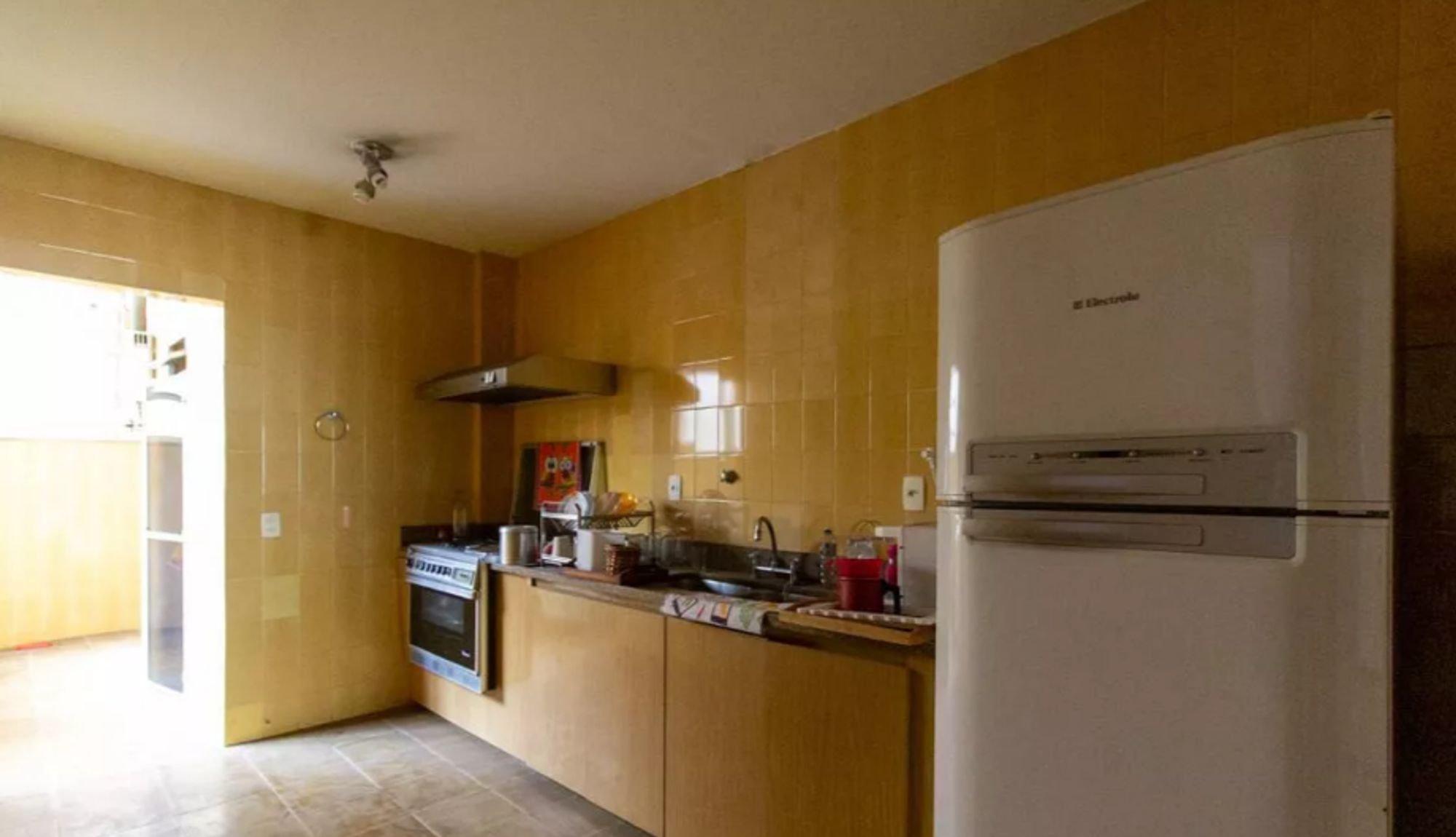 Foto de Cozinha com forno, geladeira, xícara