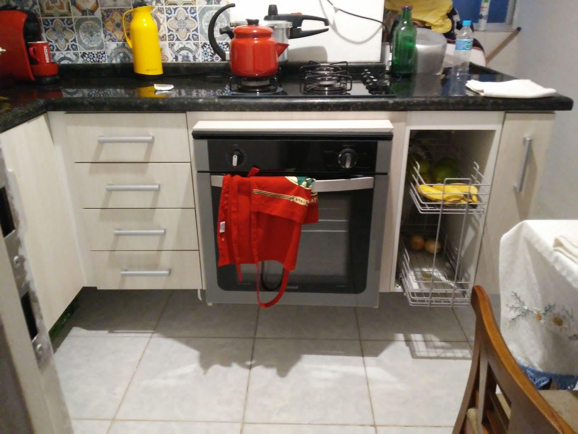 Foto de Cozinha com forno, cadeira, garrafa