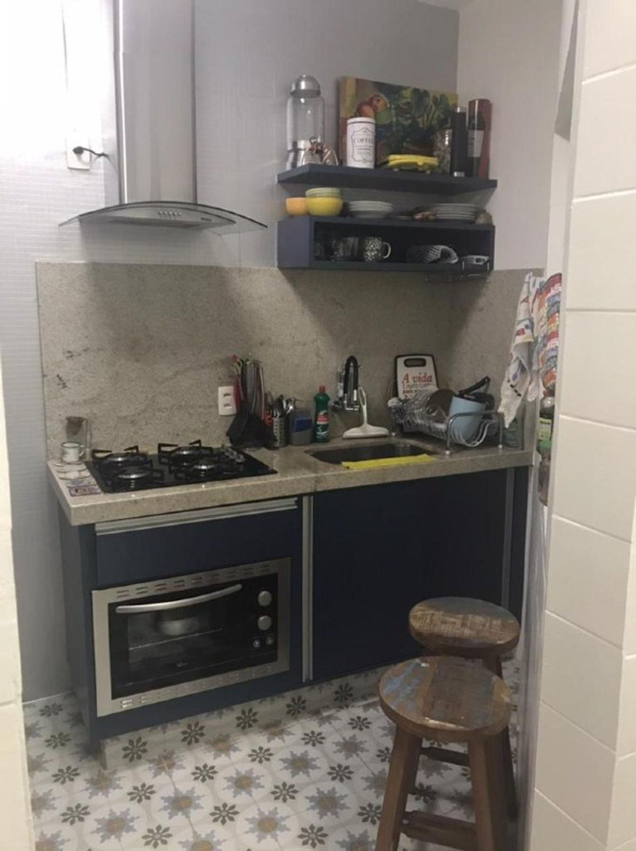 Foto de Cozinha com garrafa, forno, tigela, cadeira