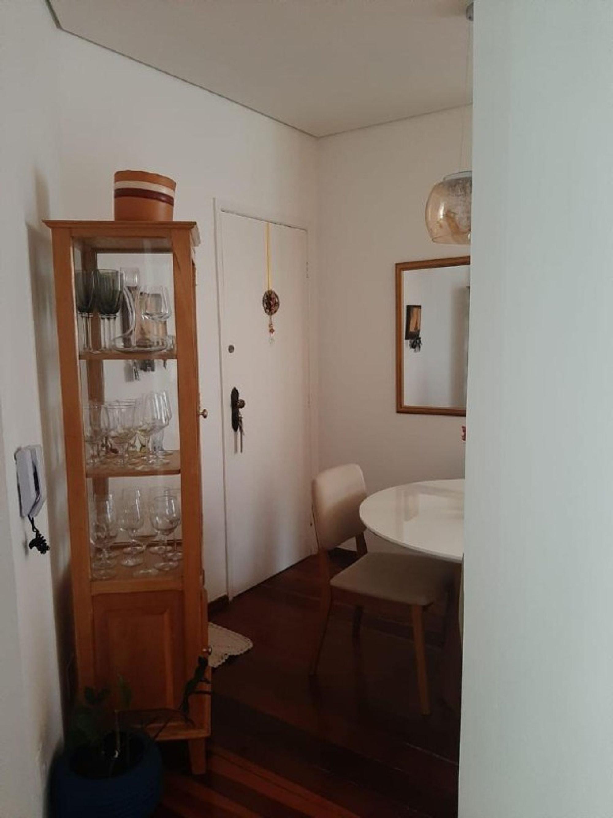 Foto de Sala com copo de vinho, tigela, cadeira, mesa de jantar, xícara