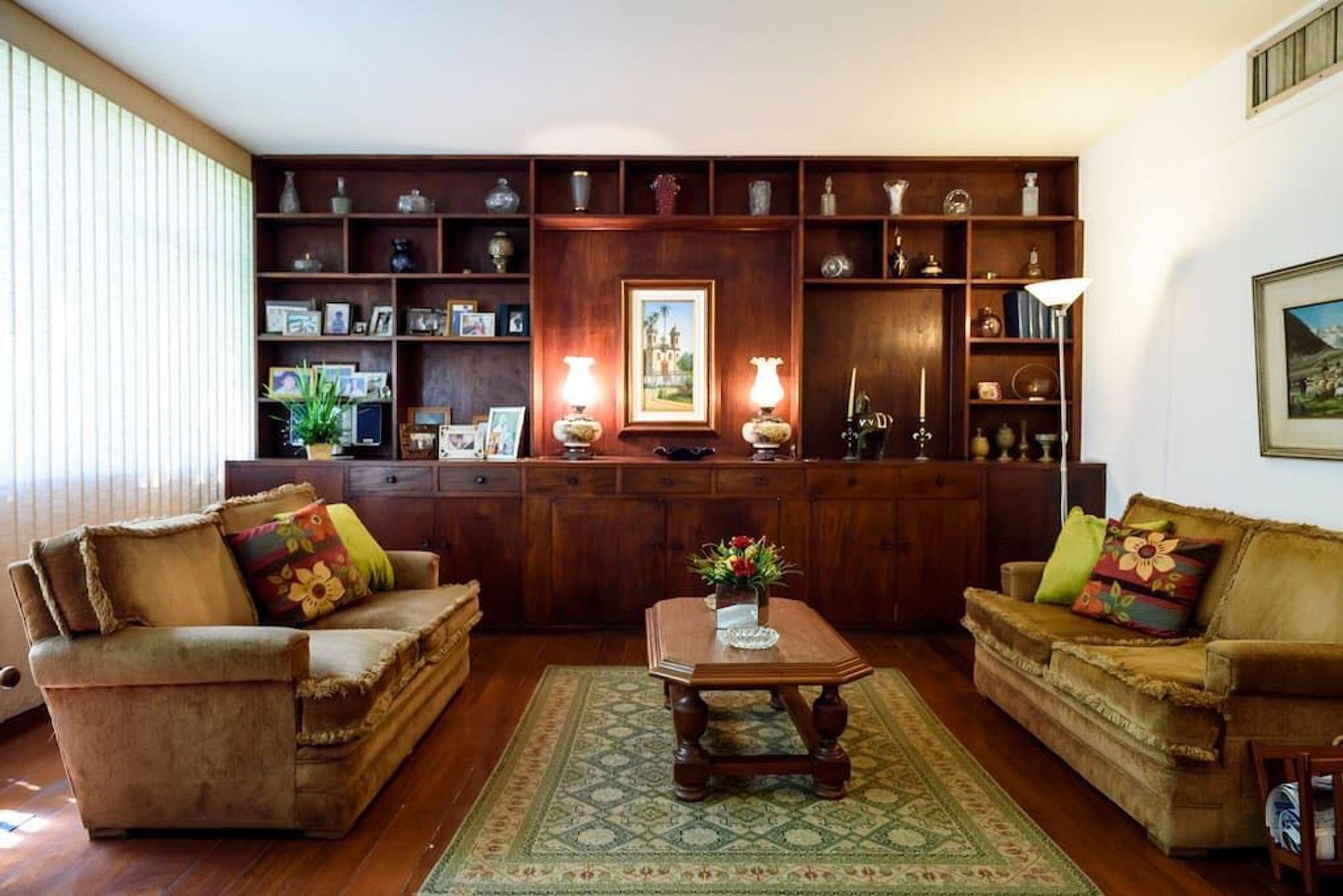 Foto de Sala com vaso de planta, sofá, vaso