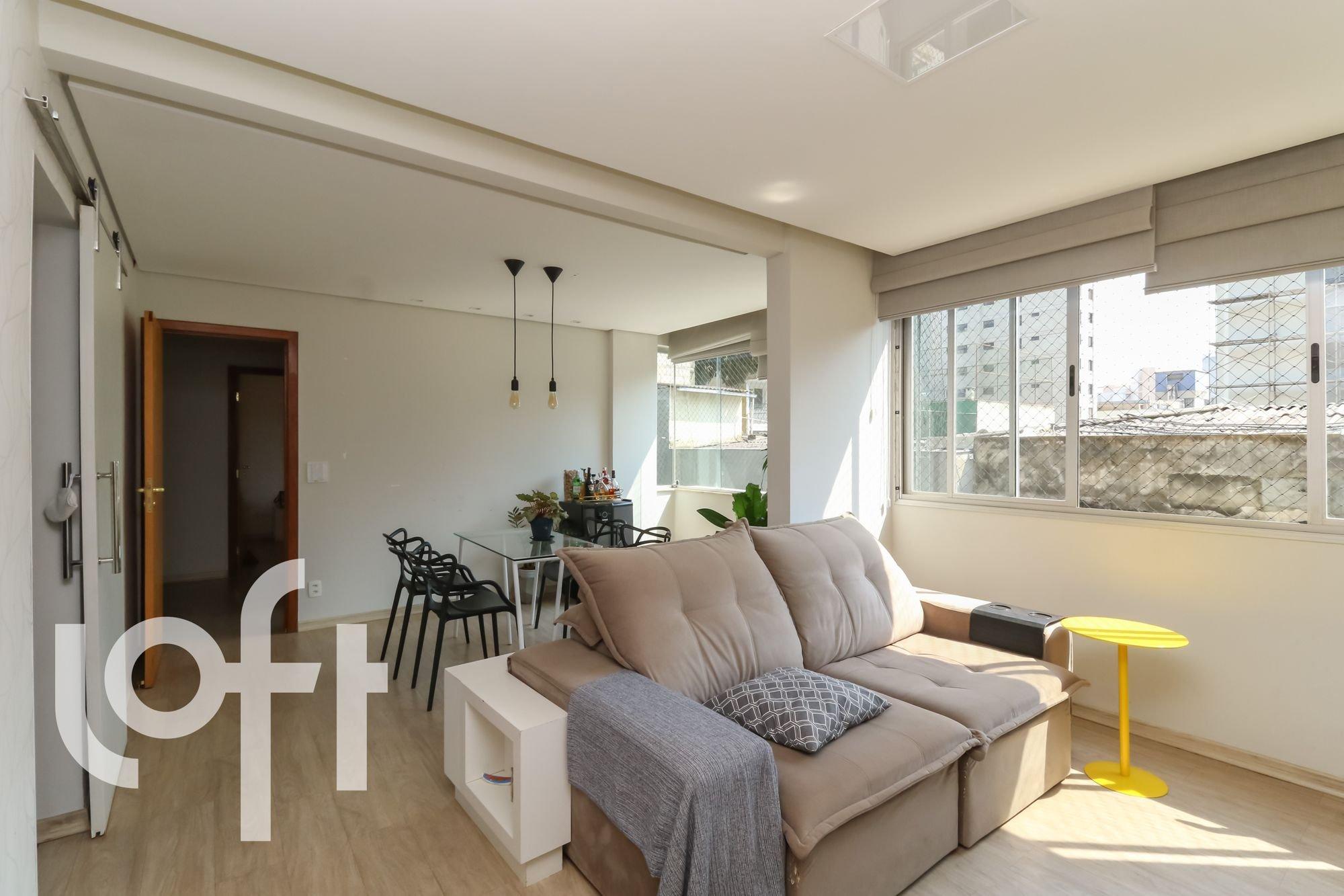 Foto de Sala com sofá, cadeira, garrafa