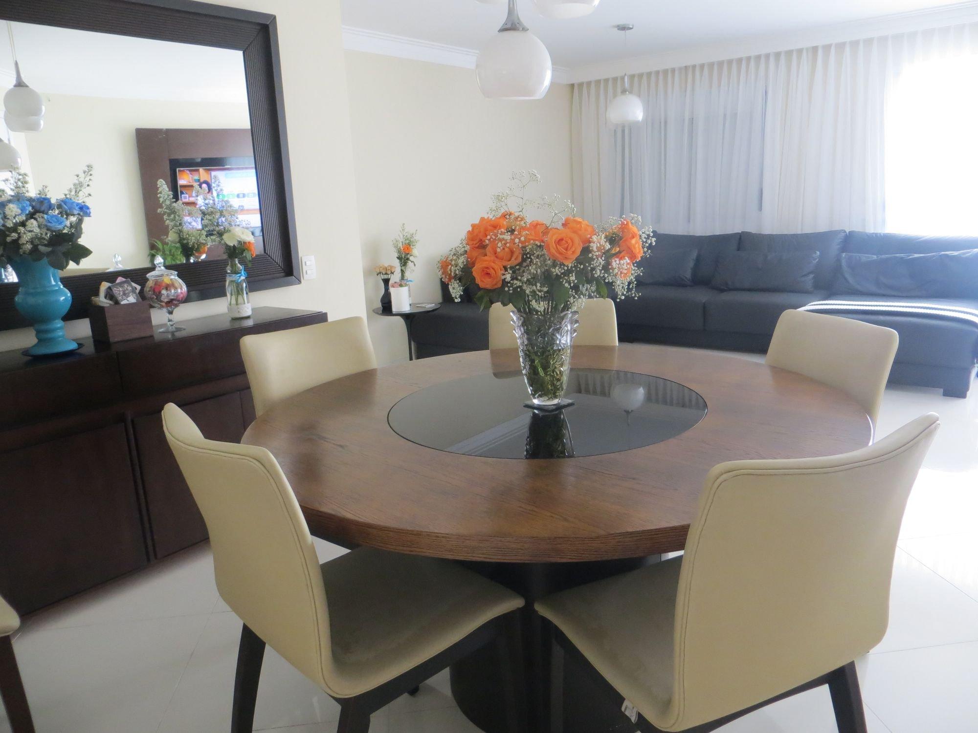 Foto de Hall com vaso de planta, sofá, vaso, cadeira, mesa de jantar