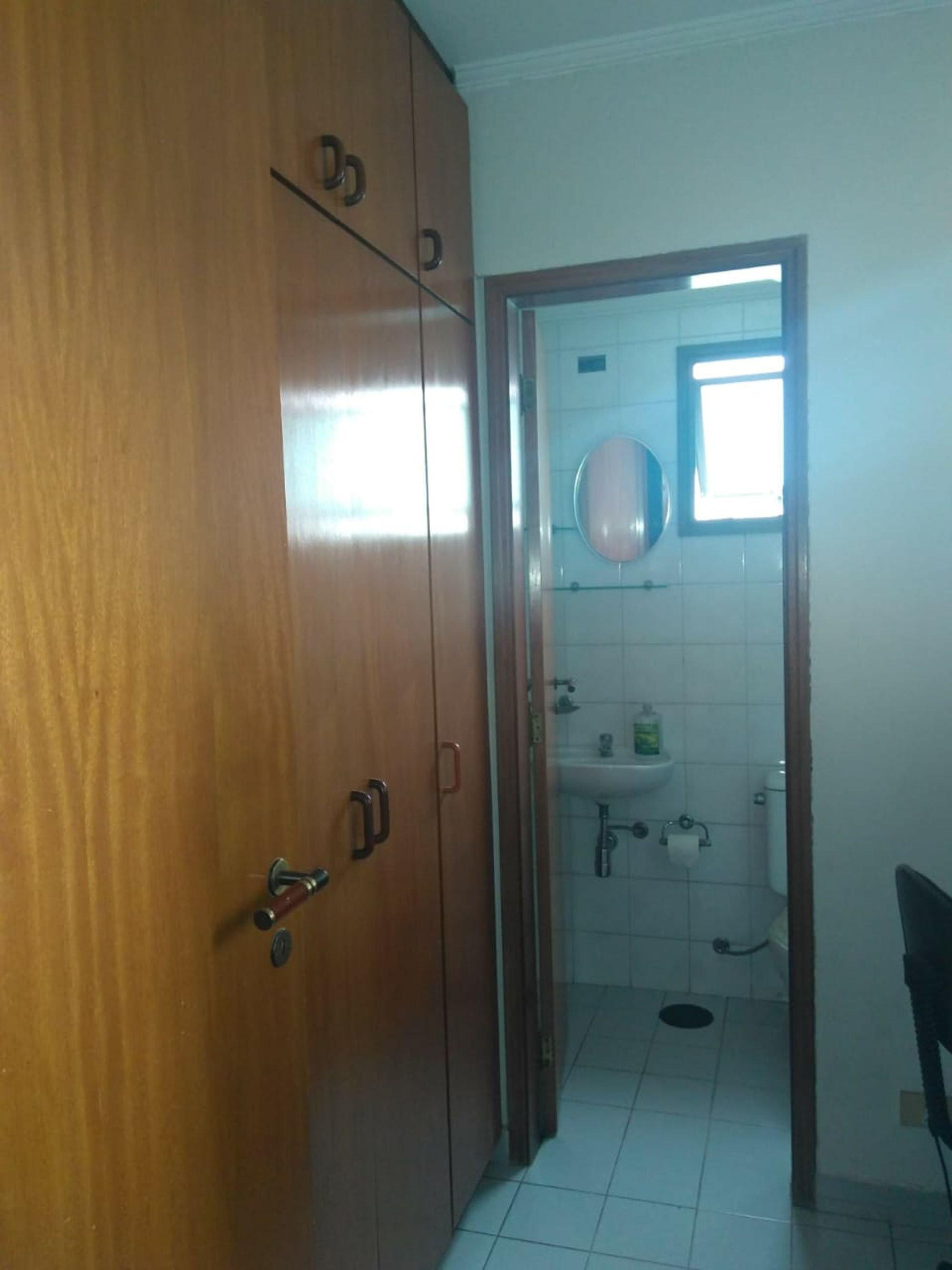 Foto de Banheiro com vaso sanitário, cadeira, pia